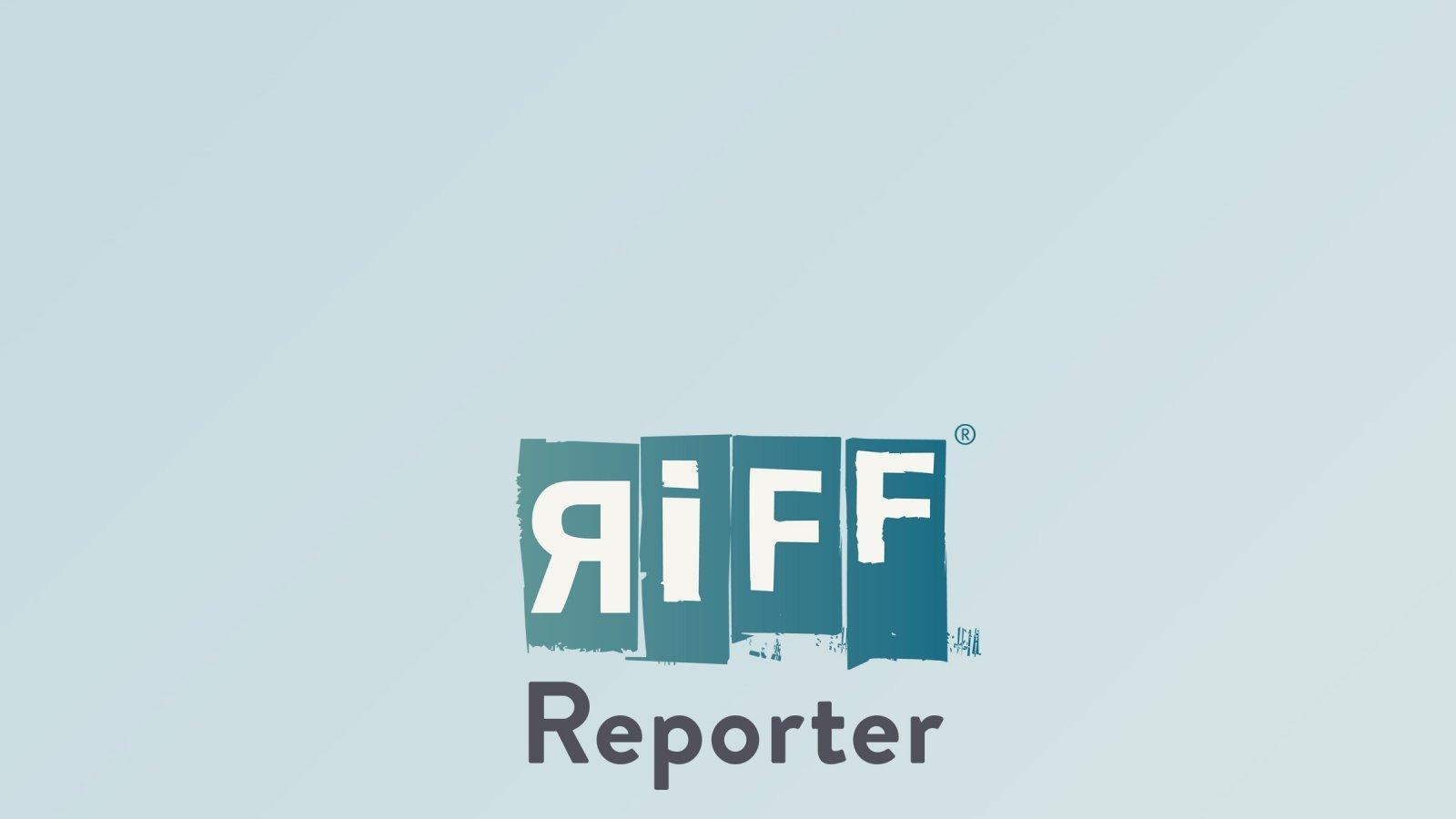 Christina Schott wird von zwei Frauen in einem Dorf auf Bougainville begrüßt, indem sie ihr die Hände mit nassen Blättern bestreichen.