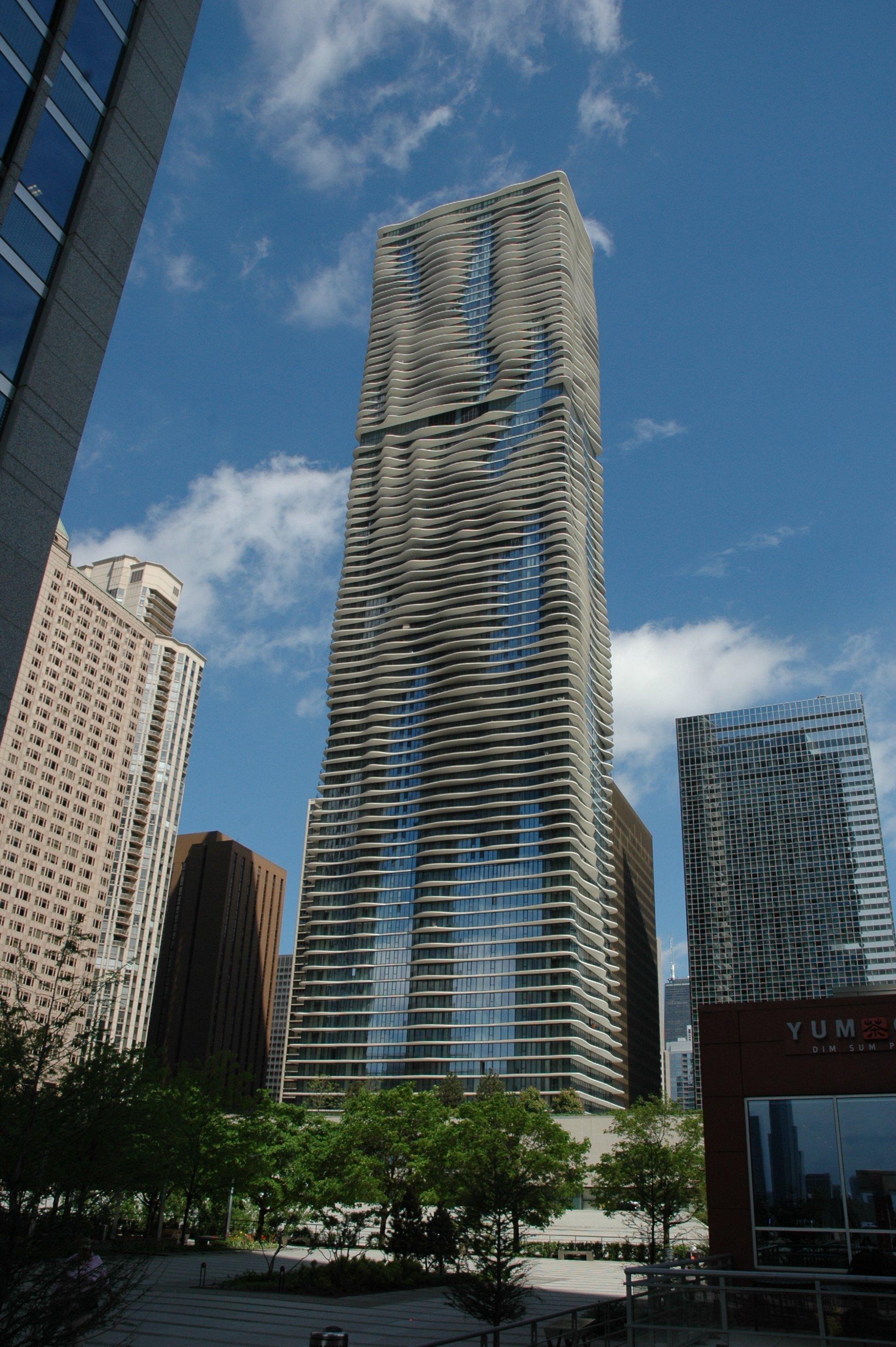 Die Fassade des Aqua Towers erinnert an Wellen, die auf einen flachen Strand auflaufen