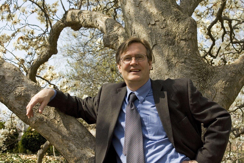 Der Autor und Stadtplaner Timothy Beatley im Porträt vor einem Baum