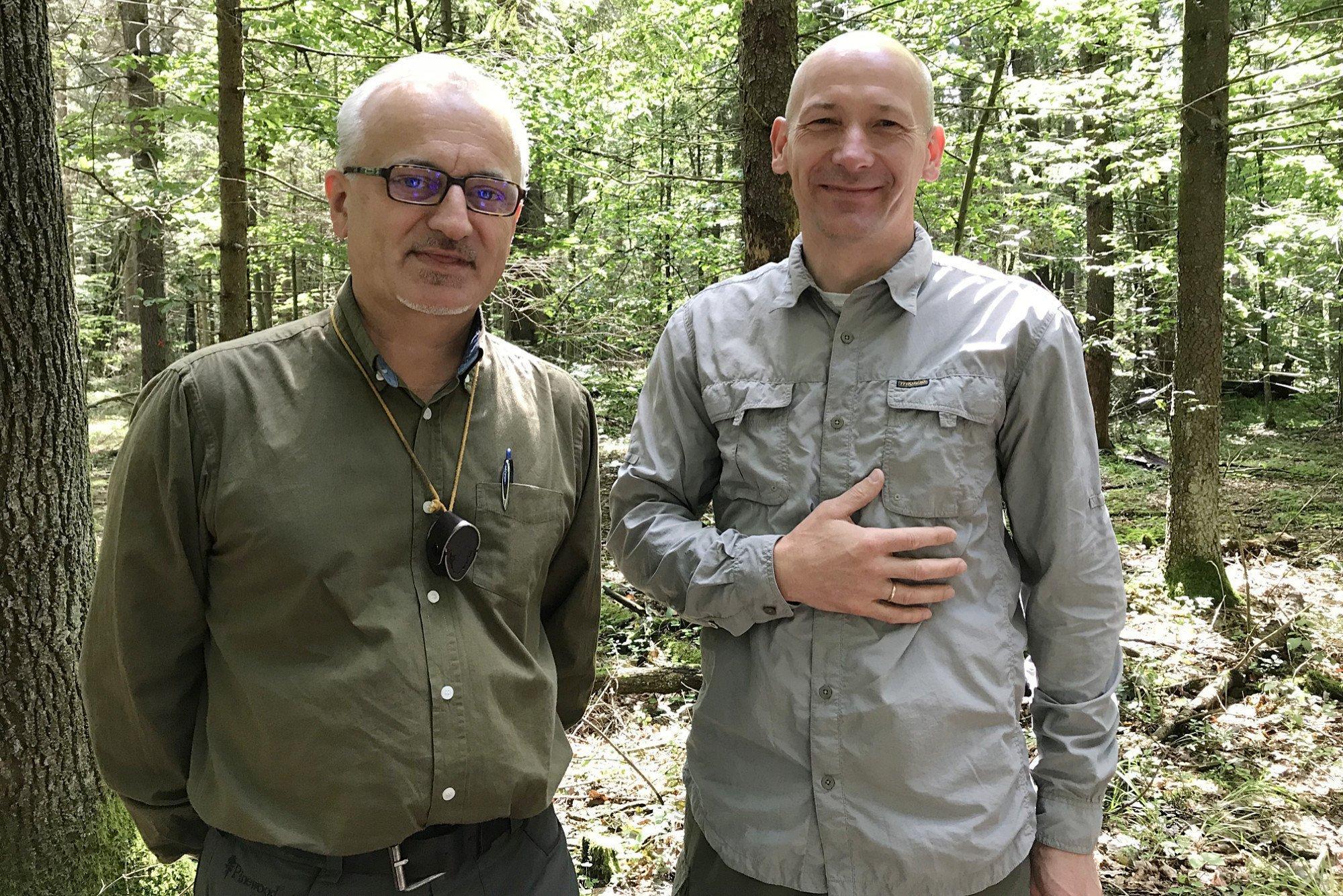 Zwei Wissenschaftler stehen nebeneinander und schauen in die Kamera.
