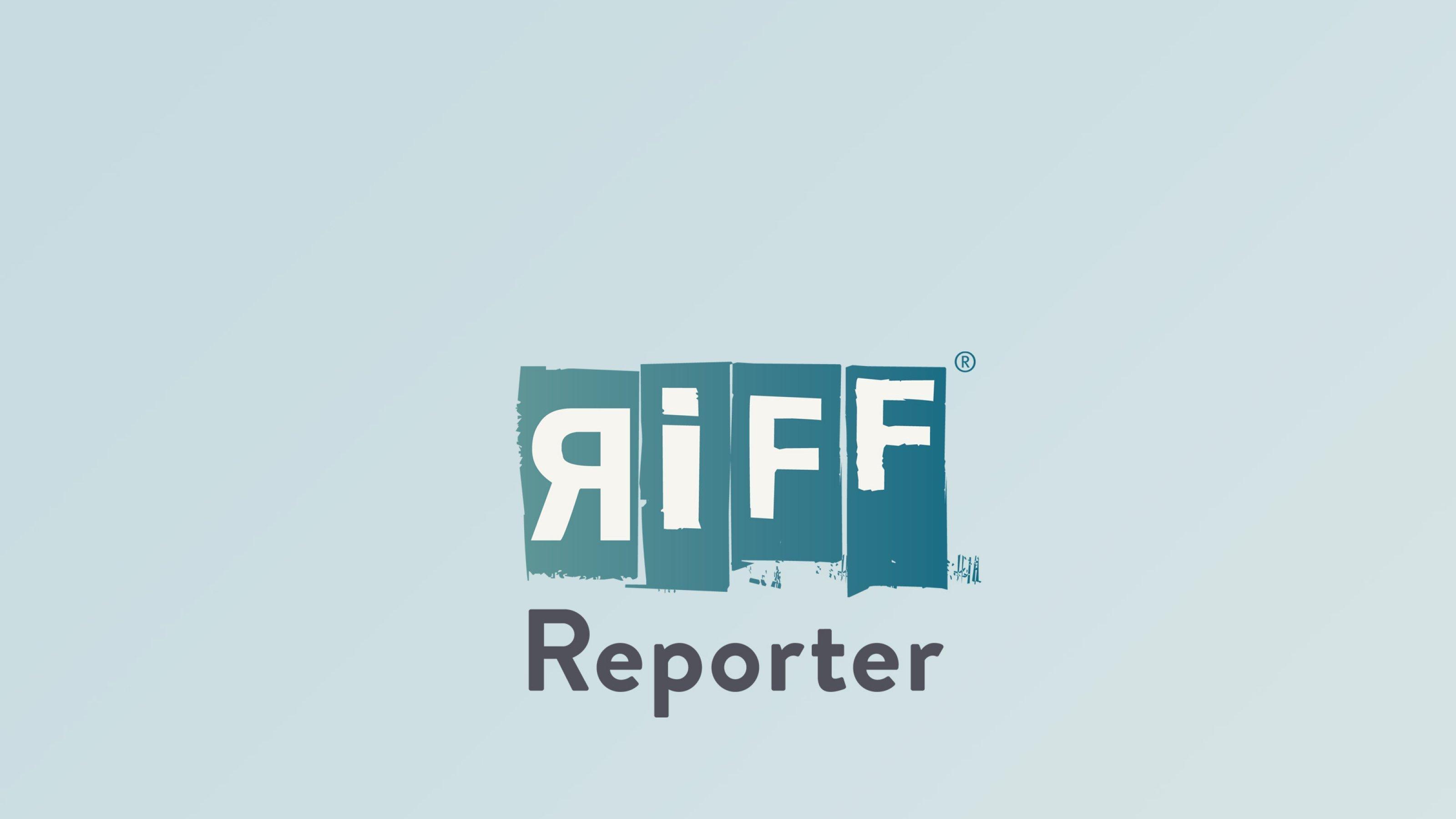 Die Grafik zeigt Menschen auf Uhren laufen und herunterfallen. Das Bild symbolisiert das Zeitdilemma, in dem Berufstätige stecken, die gleichzeitig Angehörige pflegen.