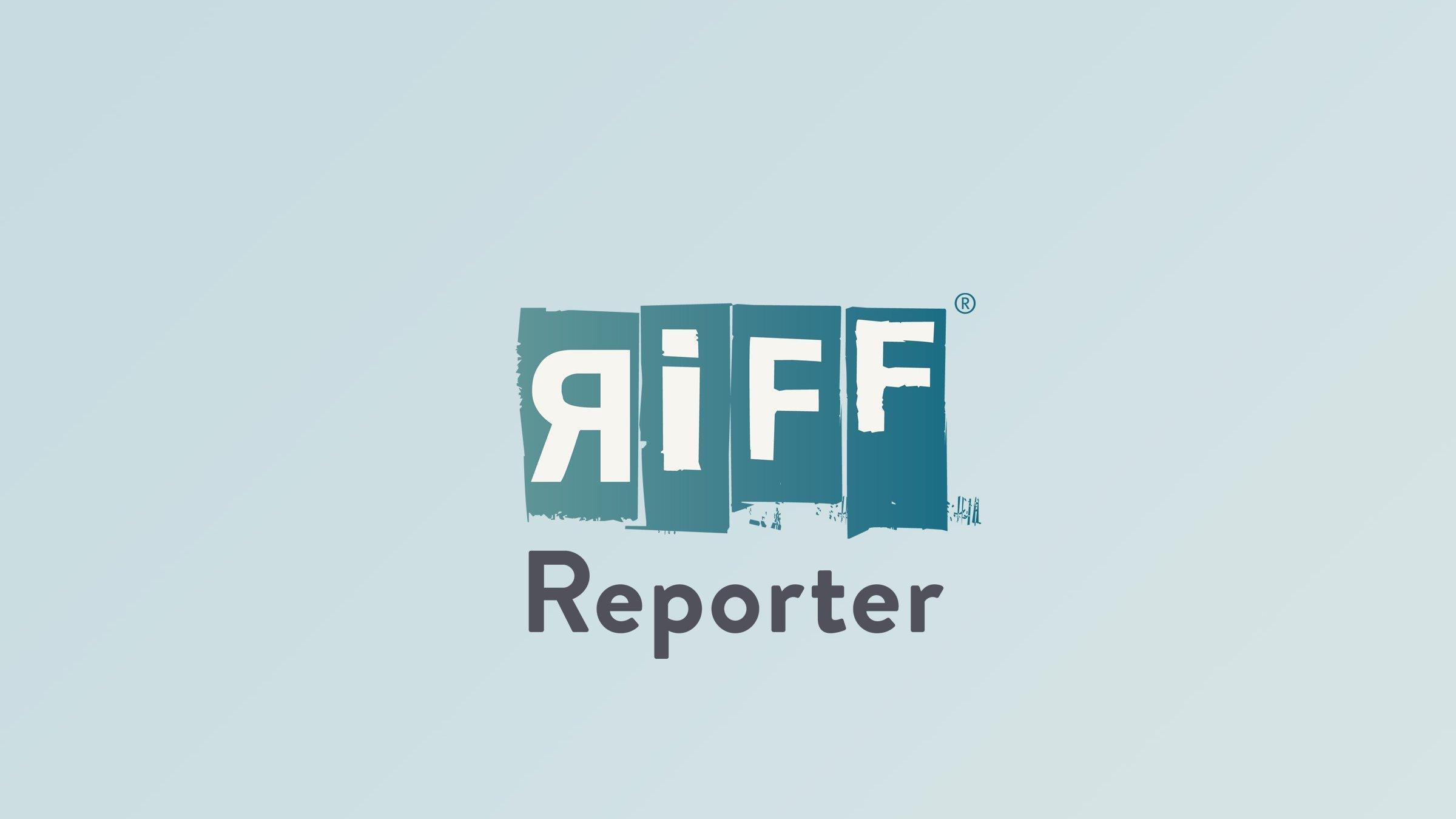 Luftbild einer Insel mit weißem Strand und Palmen im blauen Meer.
