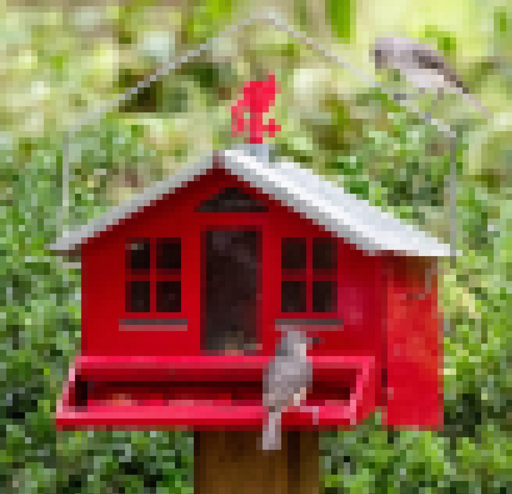 Zwei kleine graue Vögel sitzen auf und vor einem roten Vogelhäuschen. Einer hält einen Kern im Schnabel.