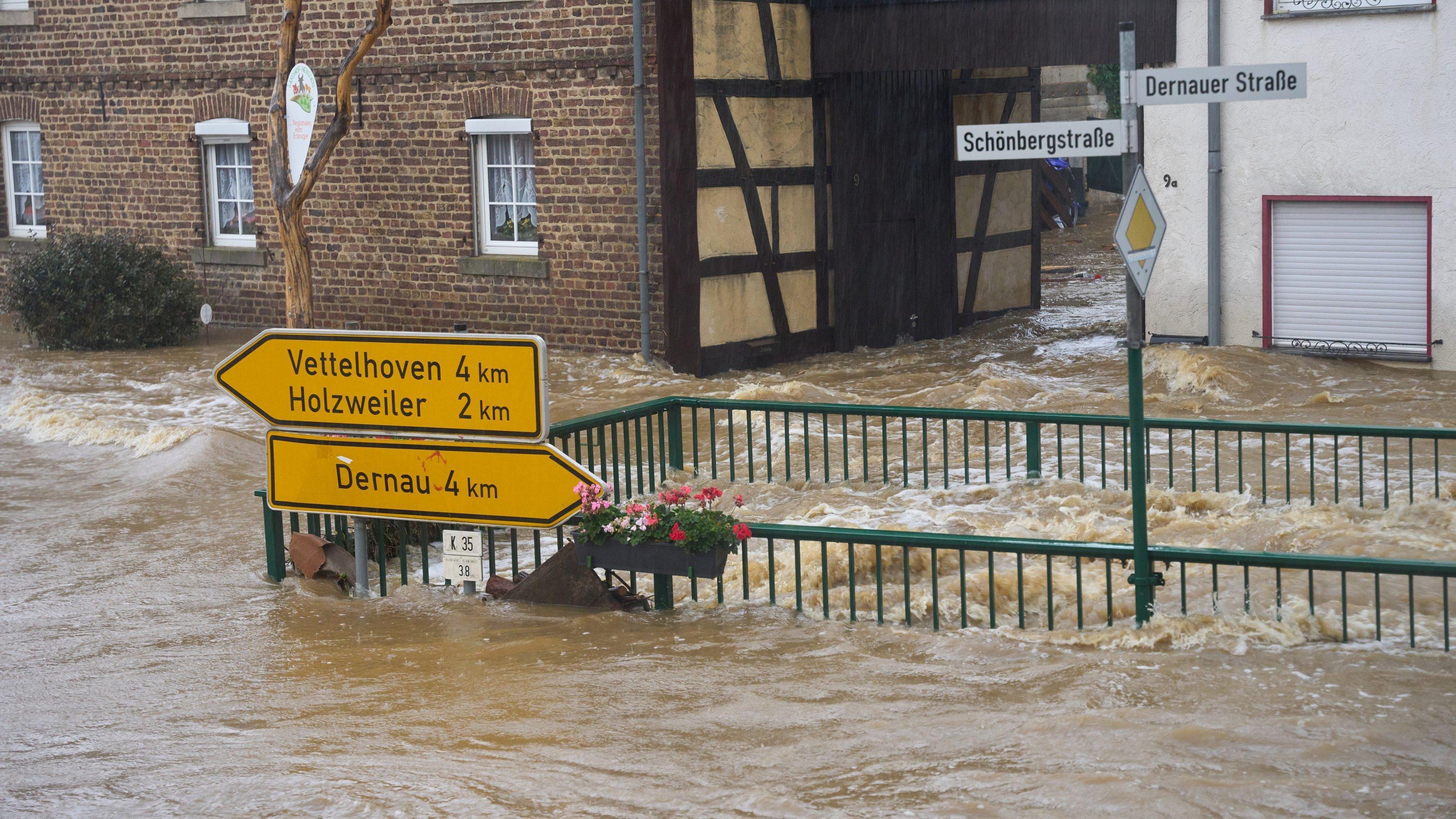 Die Straßen von Esch (Kreis Ahrweiler) haben sich in reißende Ströme verwandelt. Extreme Niederschläge, wie es sie selten gab, haben in Rheinland-Pfalz und Nordrhein-Westfalen zahlreiche Ortschaften und Keller geflutet.