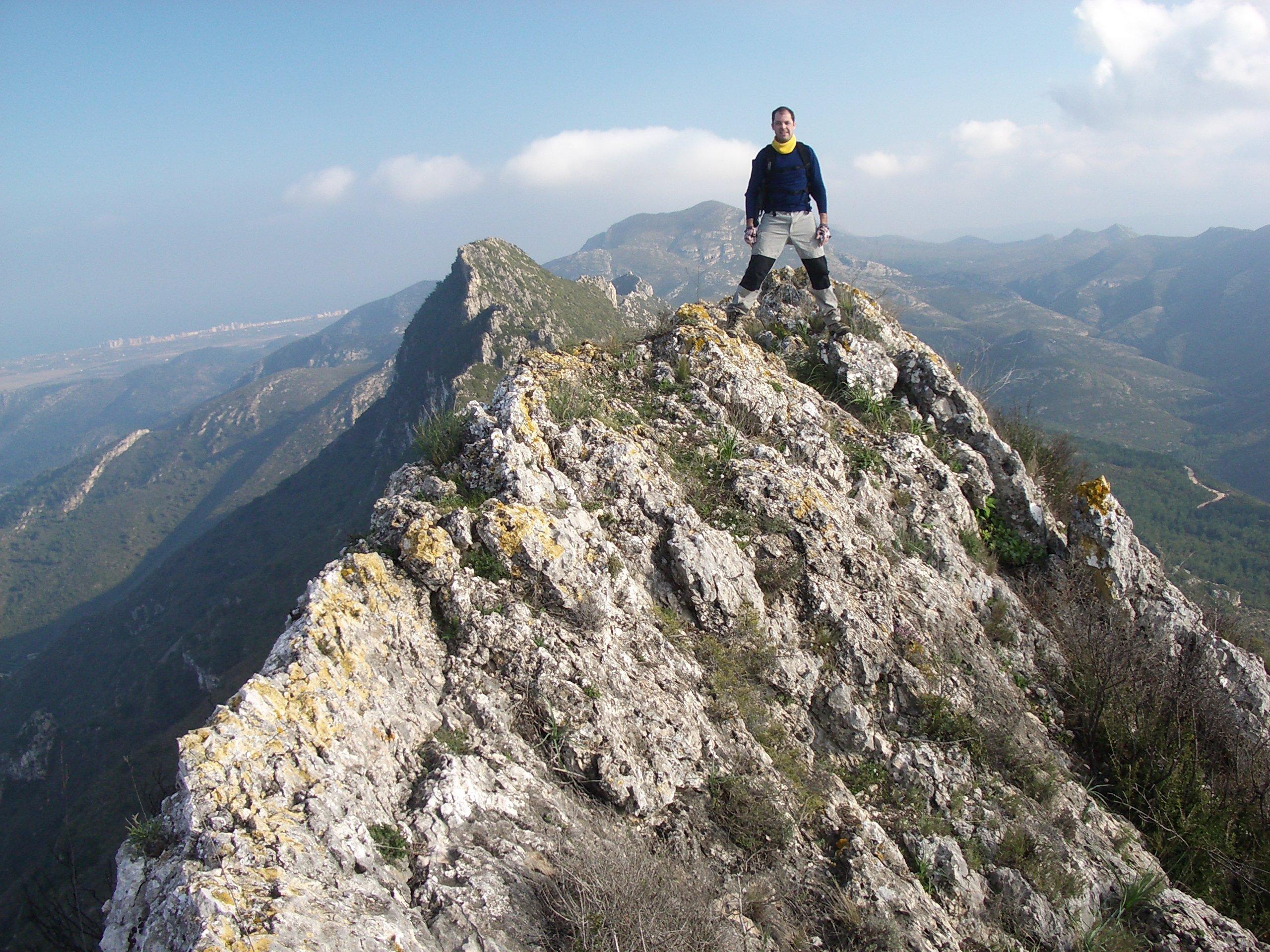 Mann auf einem Berggrat