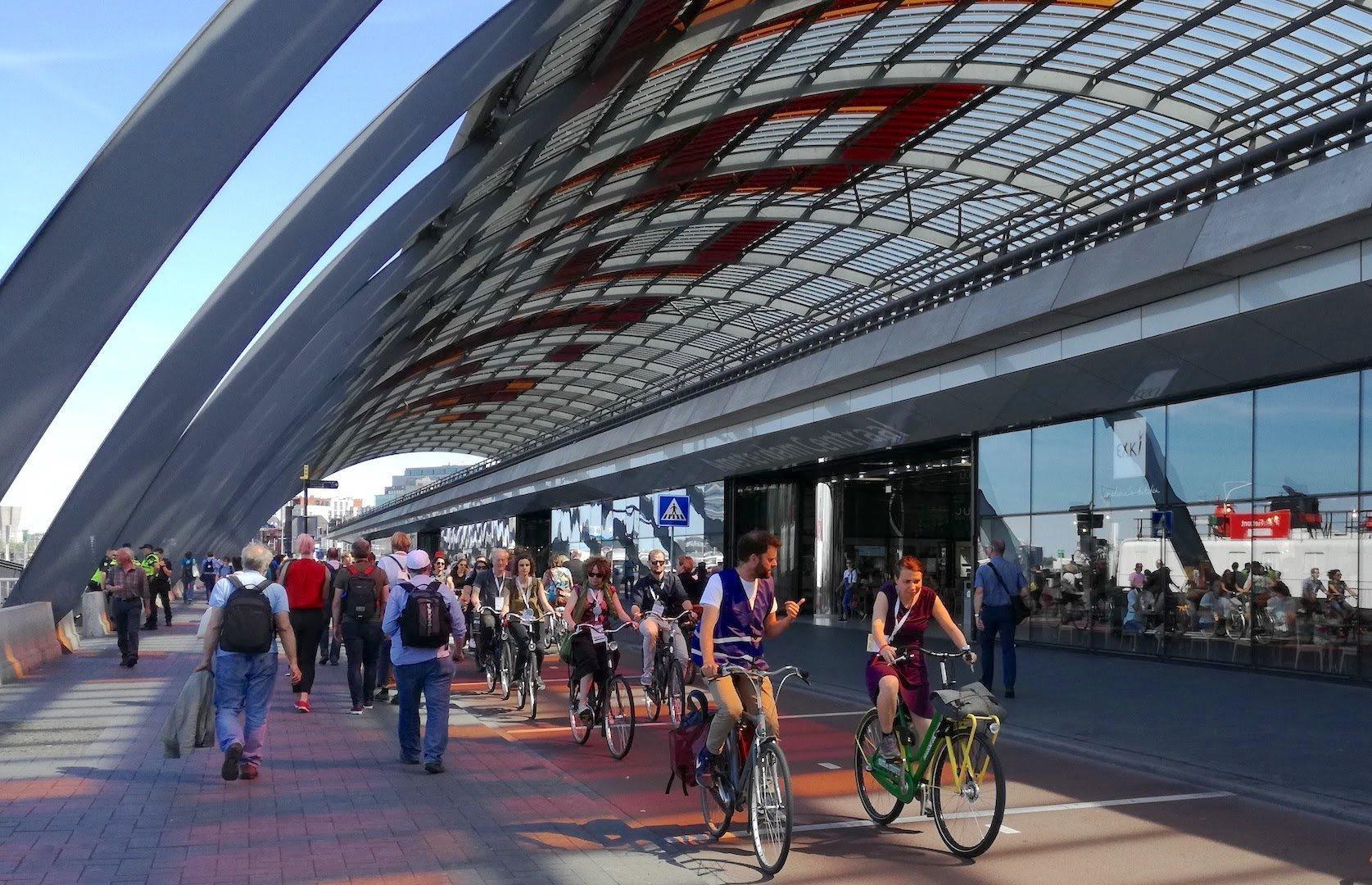 Vor dem Bahnhof verläuft ein Radweg, der von zahlreichen Fahrradfahrern frequentiert wird.