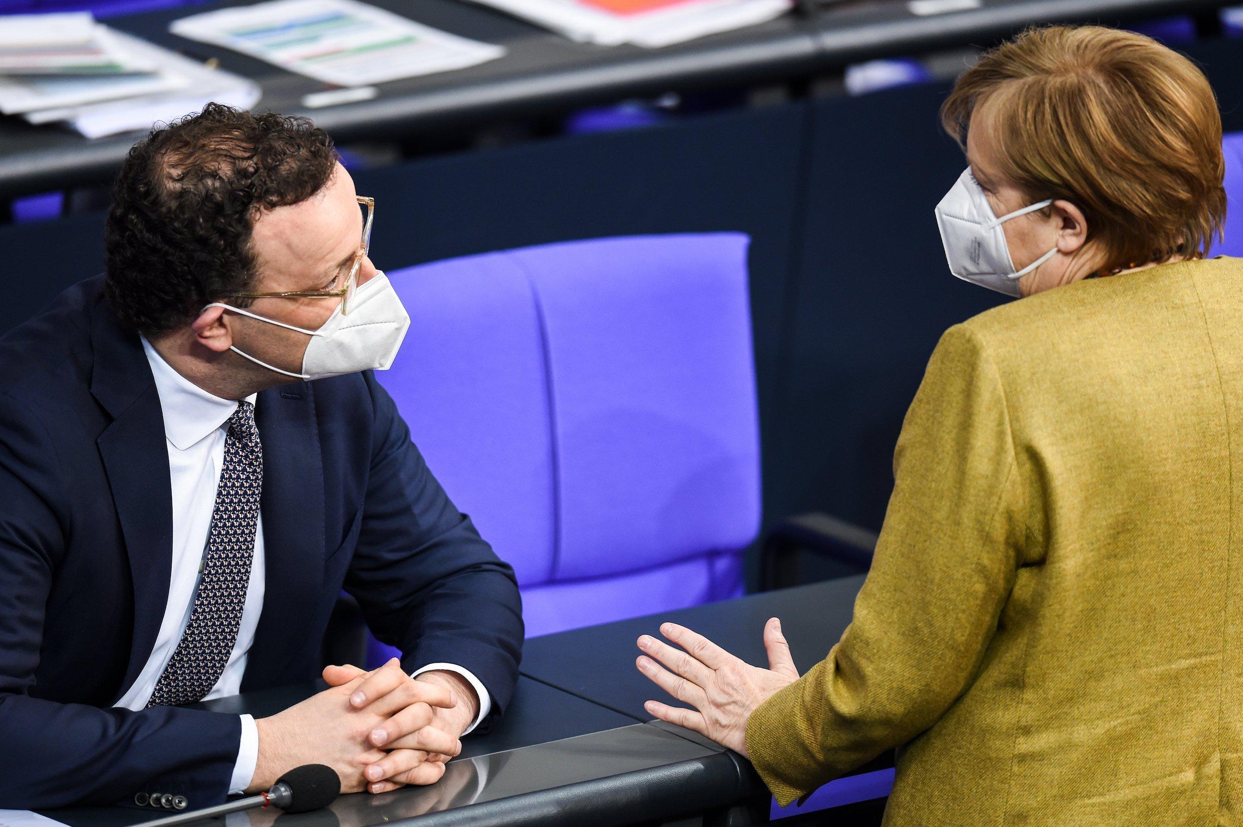 Bundeskanzlerin Angela Merkel (CDU) spricht mit Jens Spahn (CDU), Bundesgesundheitsminister, im Plenum im Deutschen Bundestag.