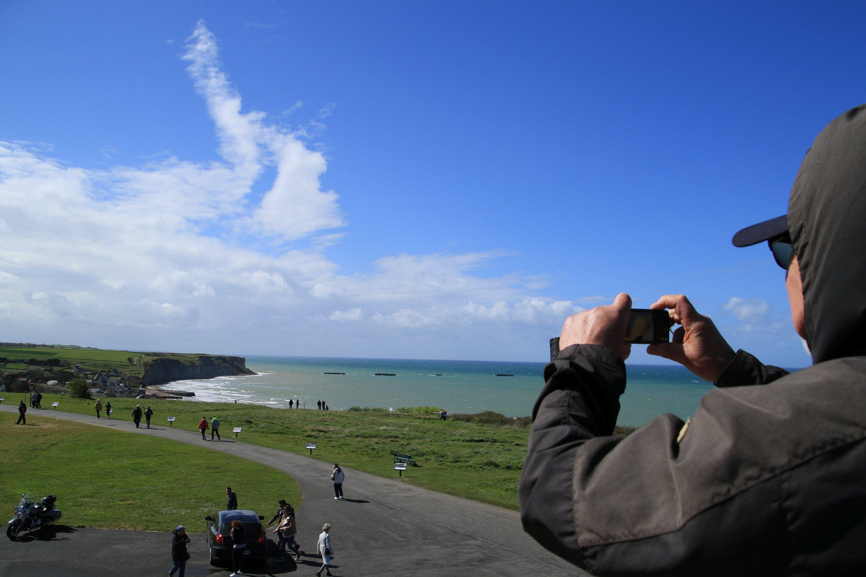 Ein Mann fotografiert einen Strand