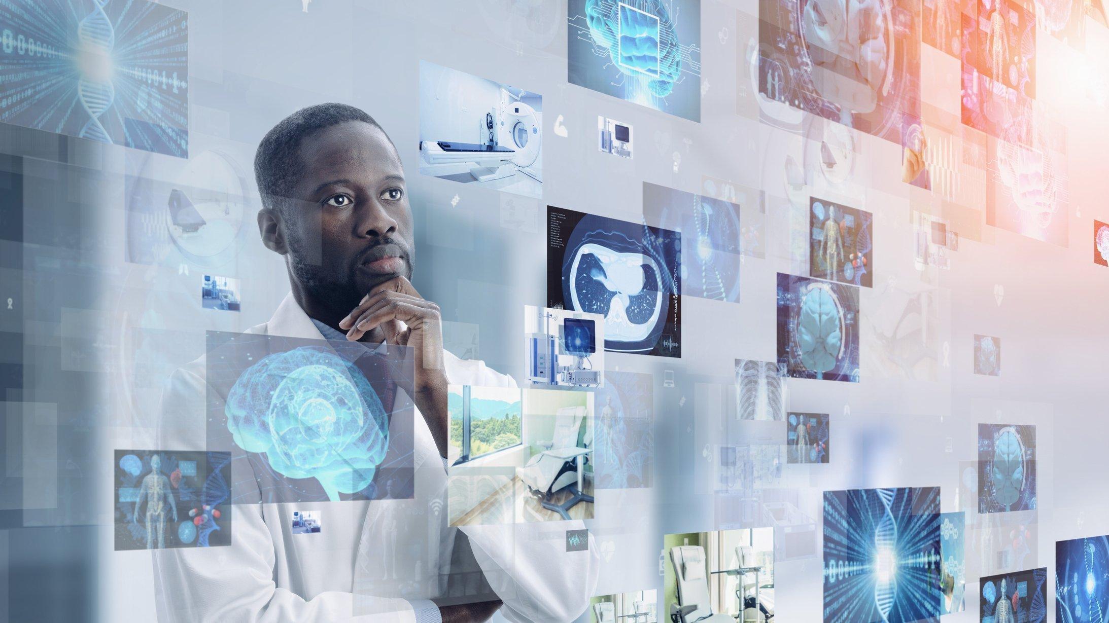 Ein Arzt studiert medizinische Bilder. Sinnbildlich dafür, dass Mensch und Technik immer öfter gemeinsam entscheiden, auch in der Medizin.