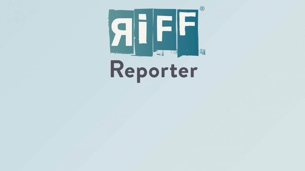 In einem kleinen Schani-Garten sitzen zwei Personen und trinken Kaffee. Daneben parkt ein Range Rover. Die Größe des Autos wirkt im Vergleich zu den Menschen bedrohlich.