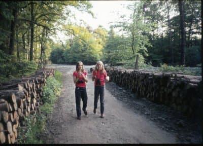 Johanna Romberg und ihre Freundin 1974bei einer Beobachtungstour durch einen Wald bei Schermbeck am Niederrhein