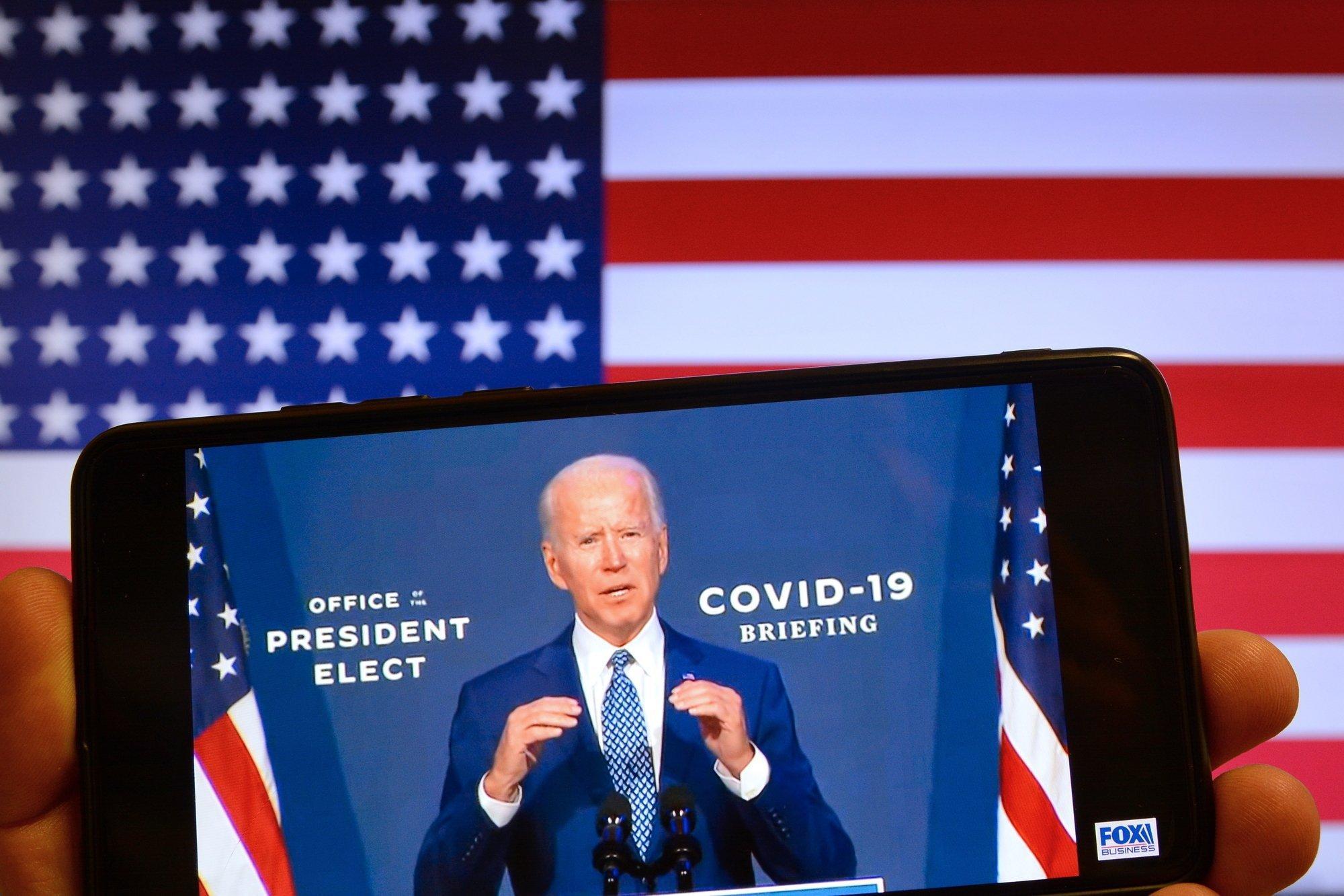 Eine Nahaufnahme von US-Präsident Joe Biden ist auf einem Handy zu sehen.