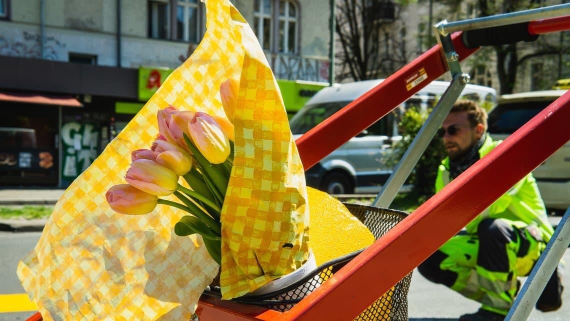 Gelbe Tulpen für die Straßenarbeiter – am Rande eines neuen Popup-Radwegs in Berlin, der im Frühling 2929während der Corona-Krise eingerichtet wurde.