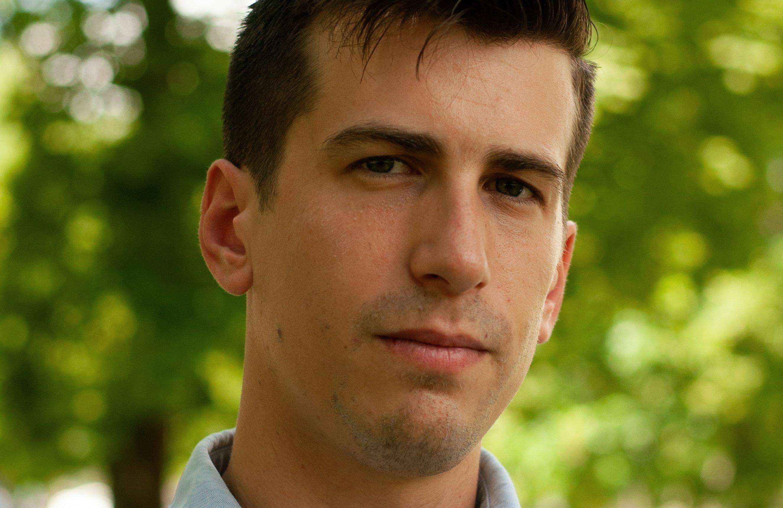 Porträtaufnahme eines jungen Mannes.