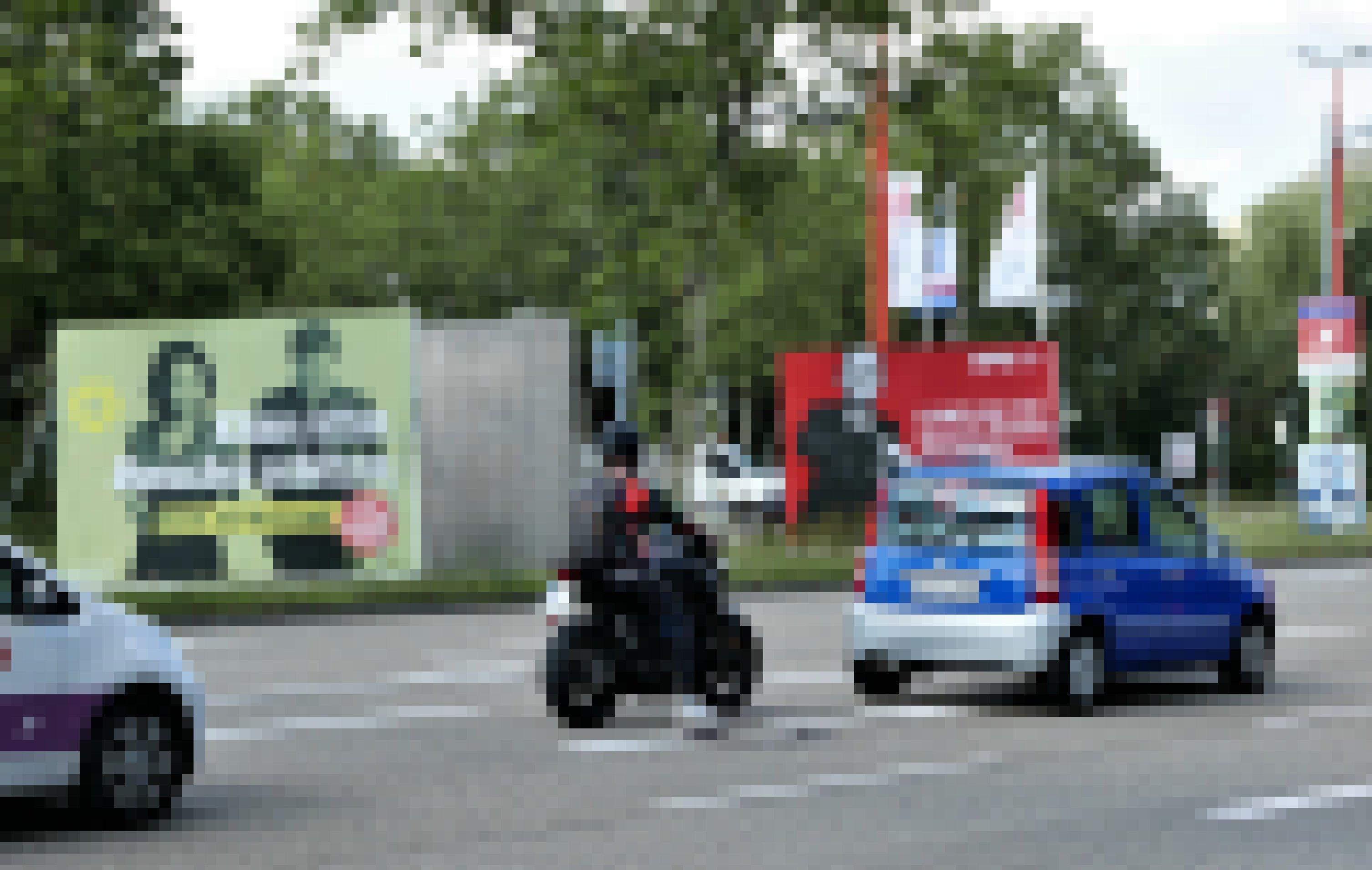 Blick auf eine mehrspurige Straße, auf deren begrüntem Mittelstreifen Plakattafeln der Grünen und der SPD erkennbar sind.