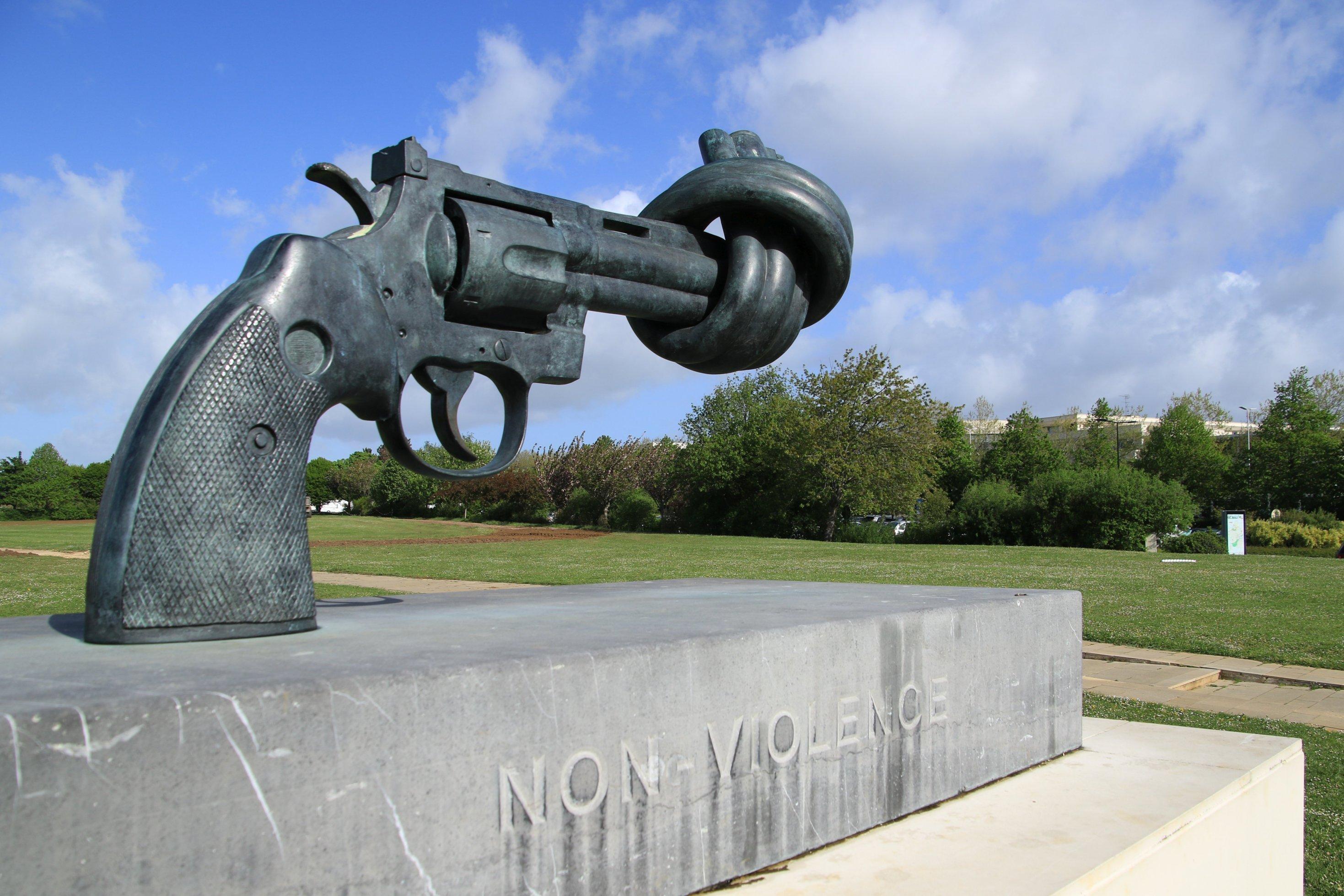 Eine Skulptur einer Pistole mit einem Knoten im Lauf