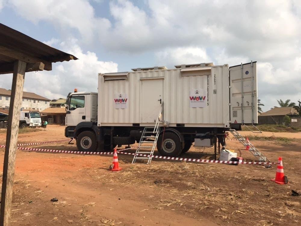 Ein Lkw als mobile Tuberkulose-Kontrolle. Dieses Fahrzeug wird in Nigeria getestet und erreicht auch Städte und Dörfer ohne Arzt oder Krankenhaus. Im Container steckt eine Diagnostikeinheit.