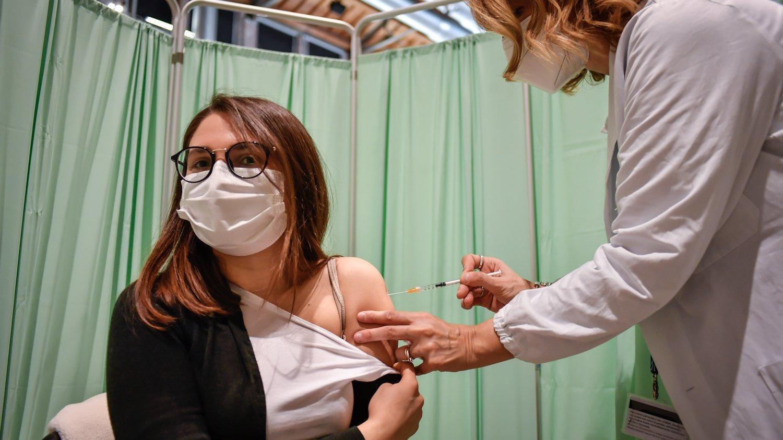 Eine Frau wird in einem Impfzentrum gegen das Corona-Virus geimpft.