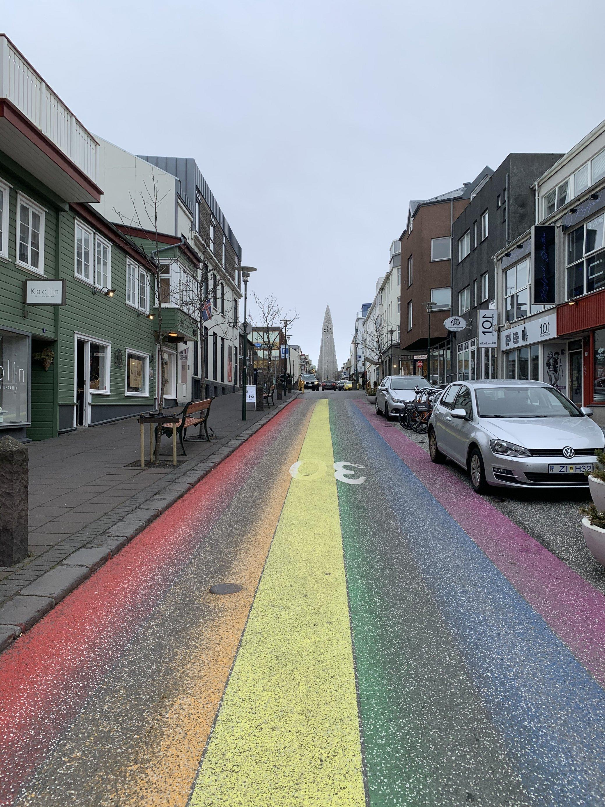 Leere Hauptstrasse in Reykjavik mit aufgemalten Regenbogen