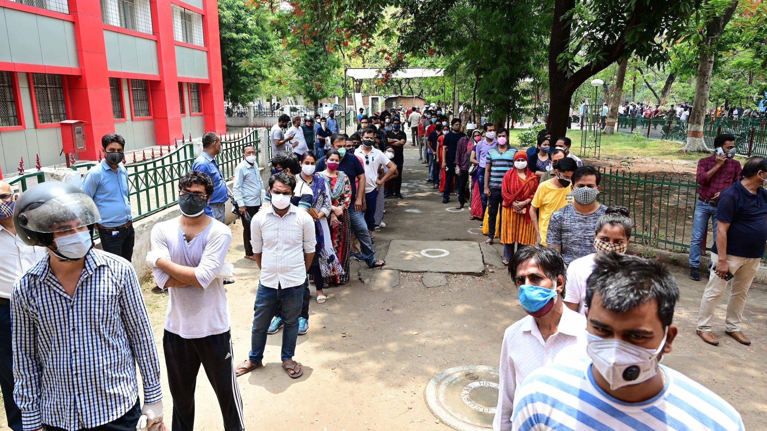 Menschen stehen in einer langen Schlange, um eine Dosis des Corona-Impfstoffs zu erhalten. In Indien grassiert die Mutation B.1.617, die deutlich ansteckender ist als andere Varianten.