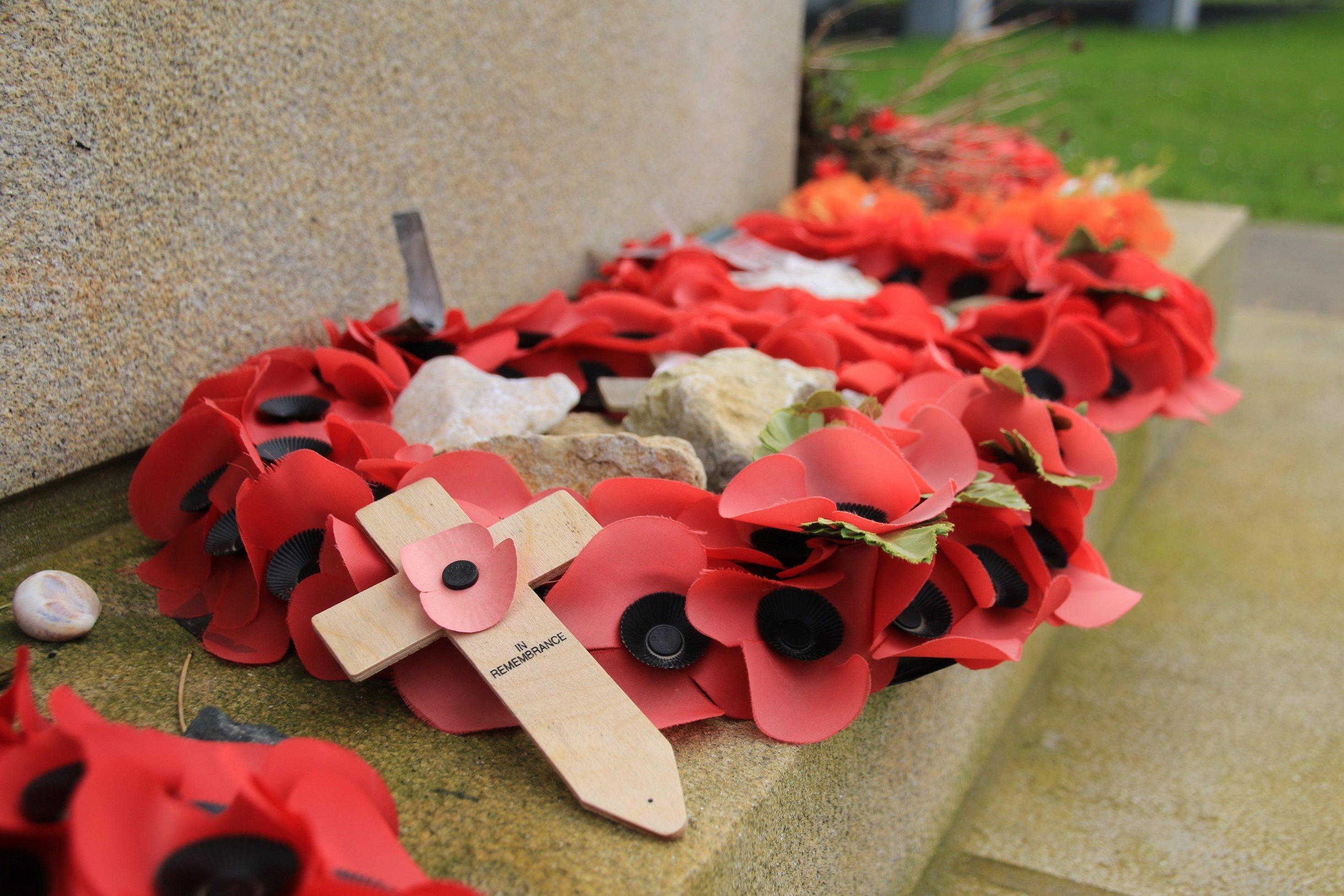 """Ein Blumenstrauß mit Aufschrift """"In Remembrance"""""""