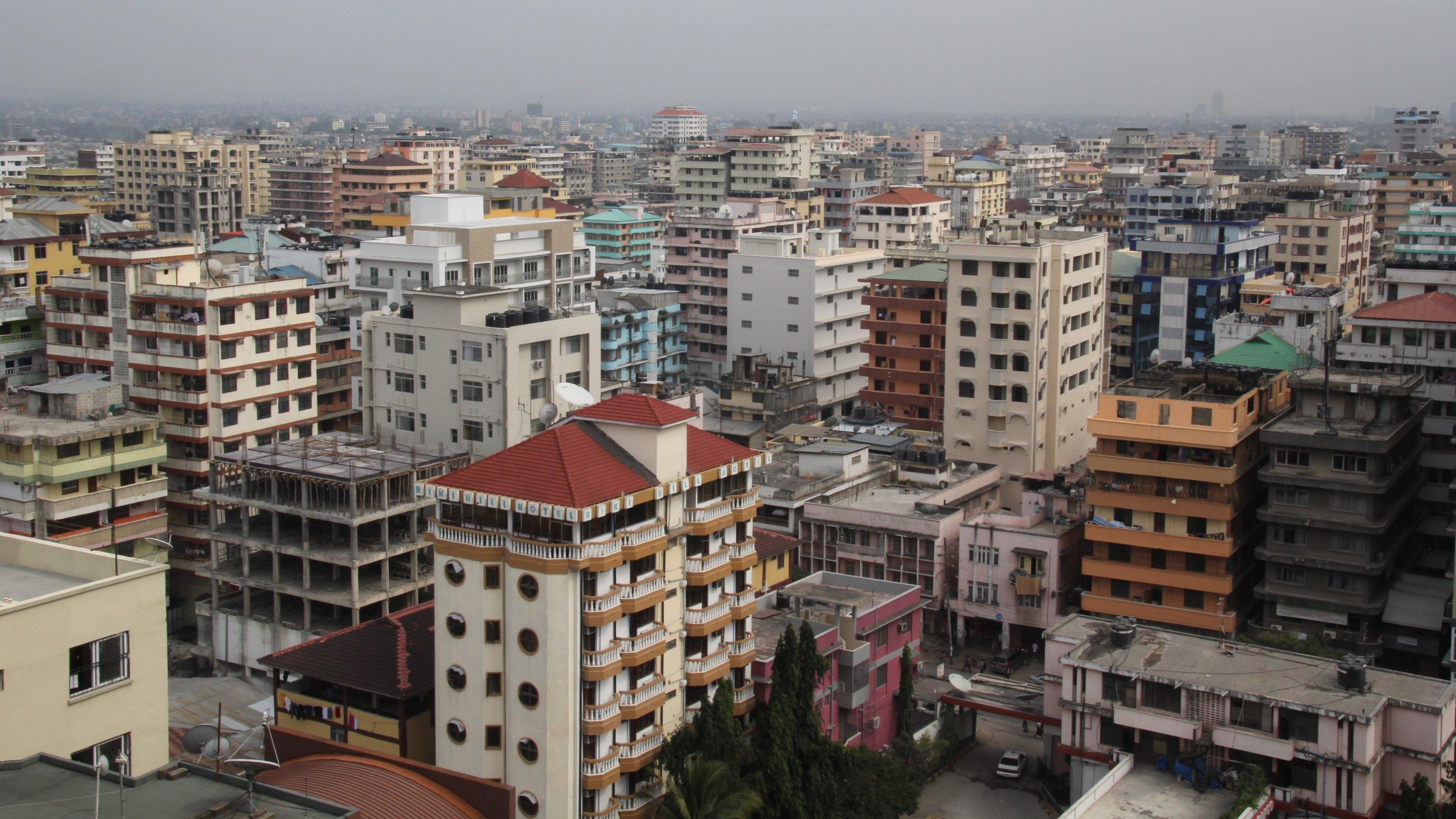 Das Foto zeigt viele Hochhäuser, die modern wirken.
