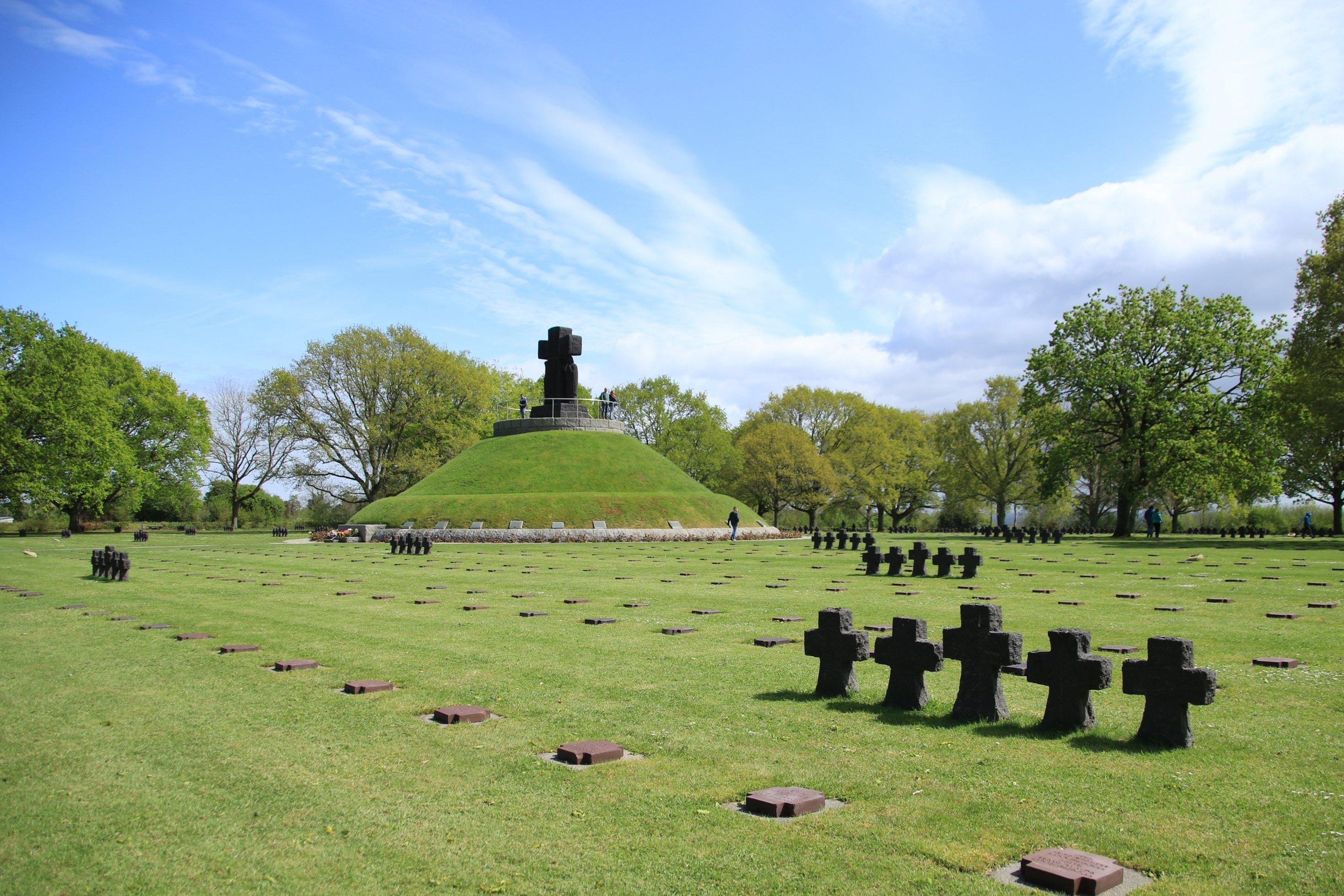 Ein Friedhof mit einigen steinernen Kreuzen und einer Erhöhung samt Kreuz-Denkmal.