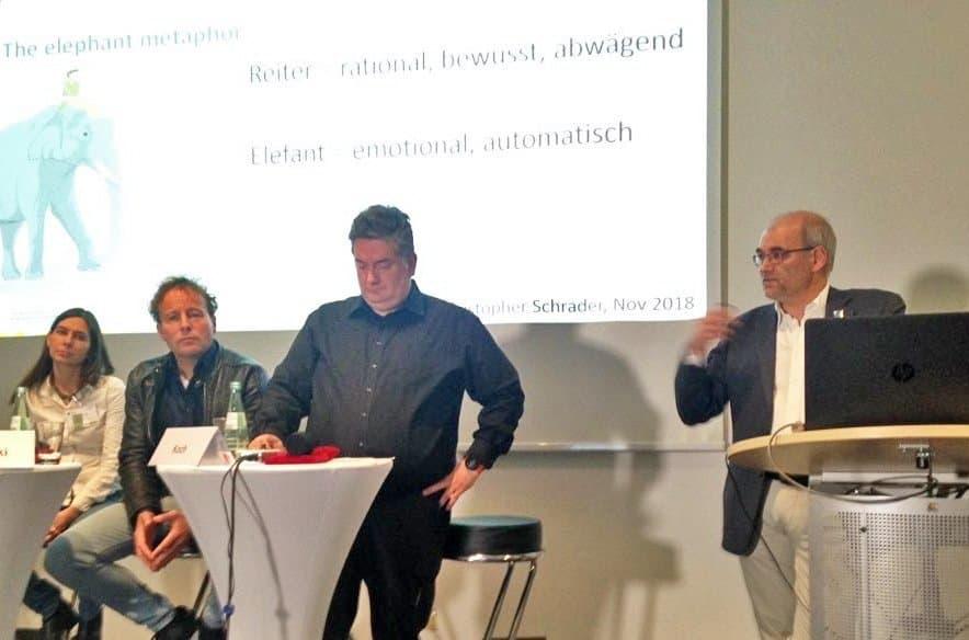 Foto von der Diskussionsveranstaltung in Bremen. Personen von links: Imke Hoppe (sitzend), Axel Bojanowski (sitzend), Moderator Christoph Koch (stehend), Christopher Schrader (stehend).