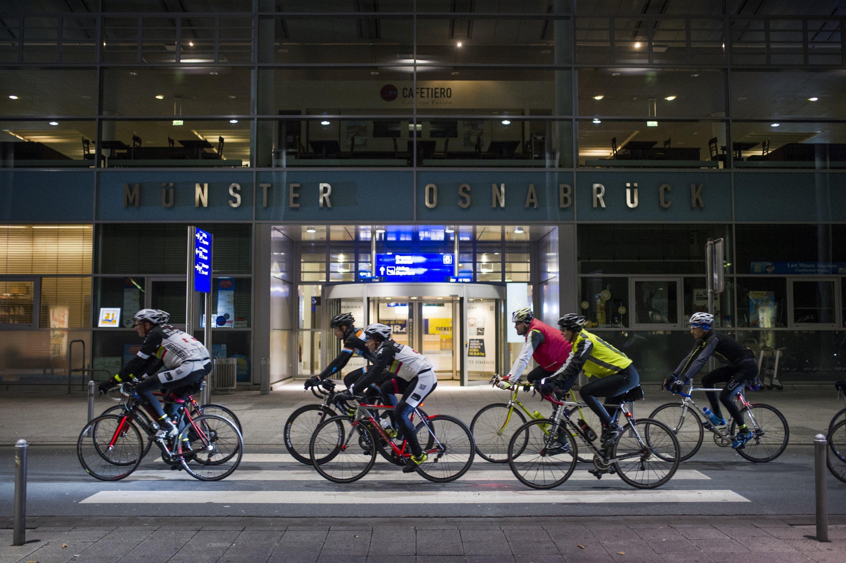 Trainingsgruppe vor dem Eingang zum Flughafen Münster