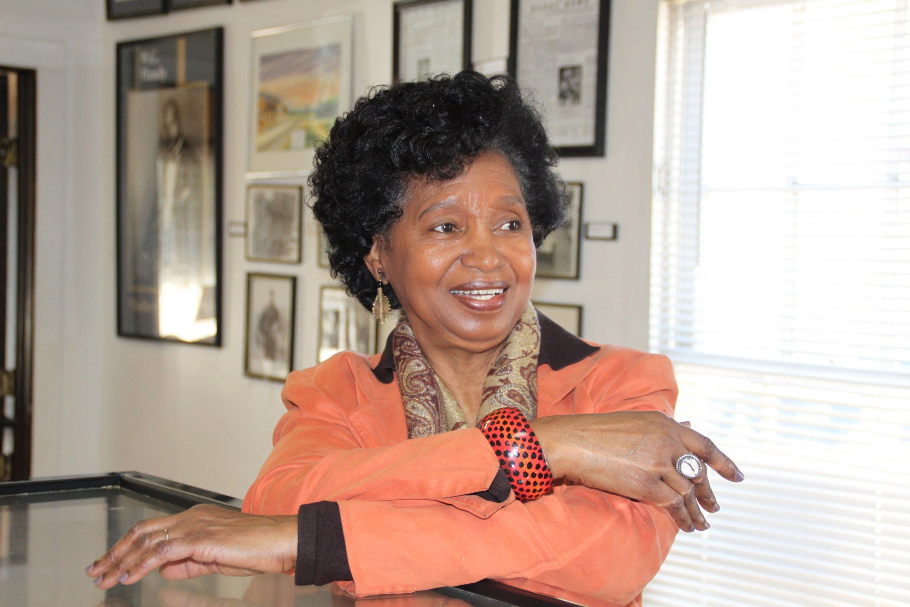 Eine schwarze Frau, die lächelt.