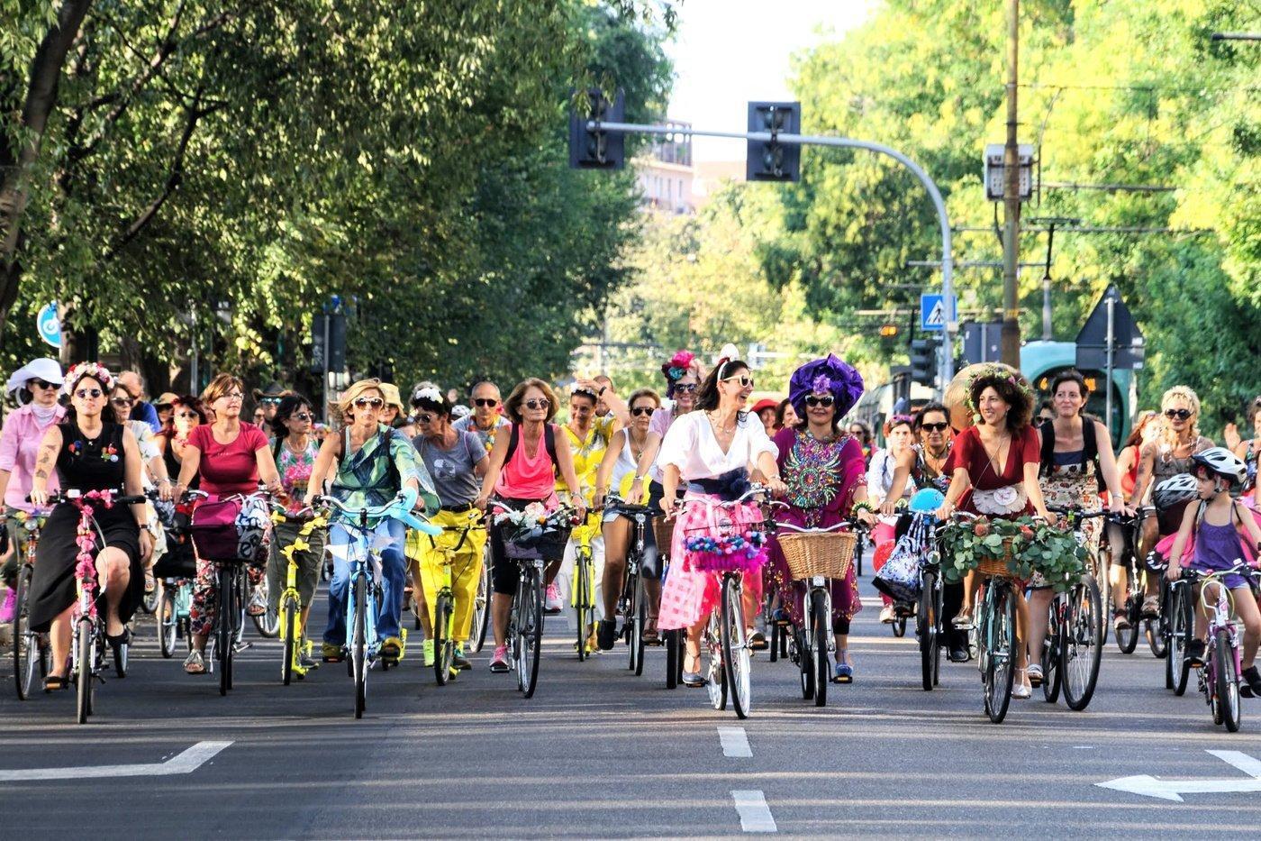 Beim autofreien Sonntag fahren in Milano Frauen und Kinder dicht gedrängt über zwei breite Fahrspuren. Sie tragen bunte Kleider und Hosen und haben ihre Räder mit Blumen und Girlanden geschmückt.