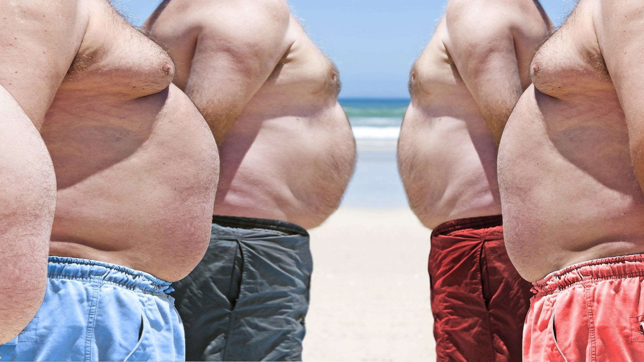 Fünf übergewichtige Männer am Strand. Es sind vor allem die auffälligen Bäuche zu sehen.
