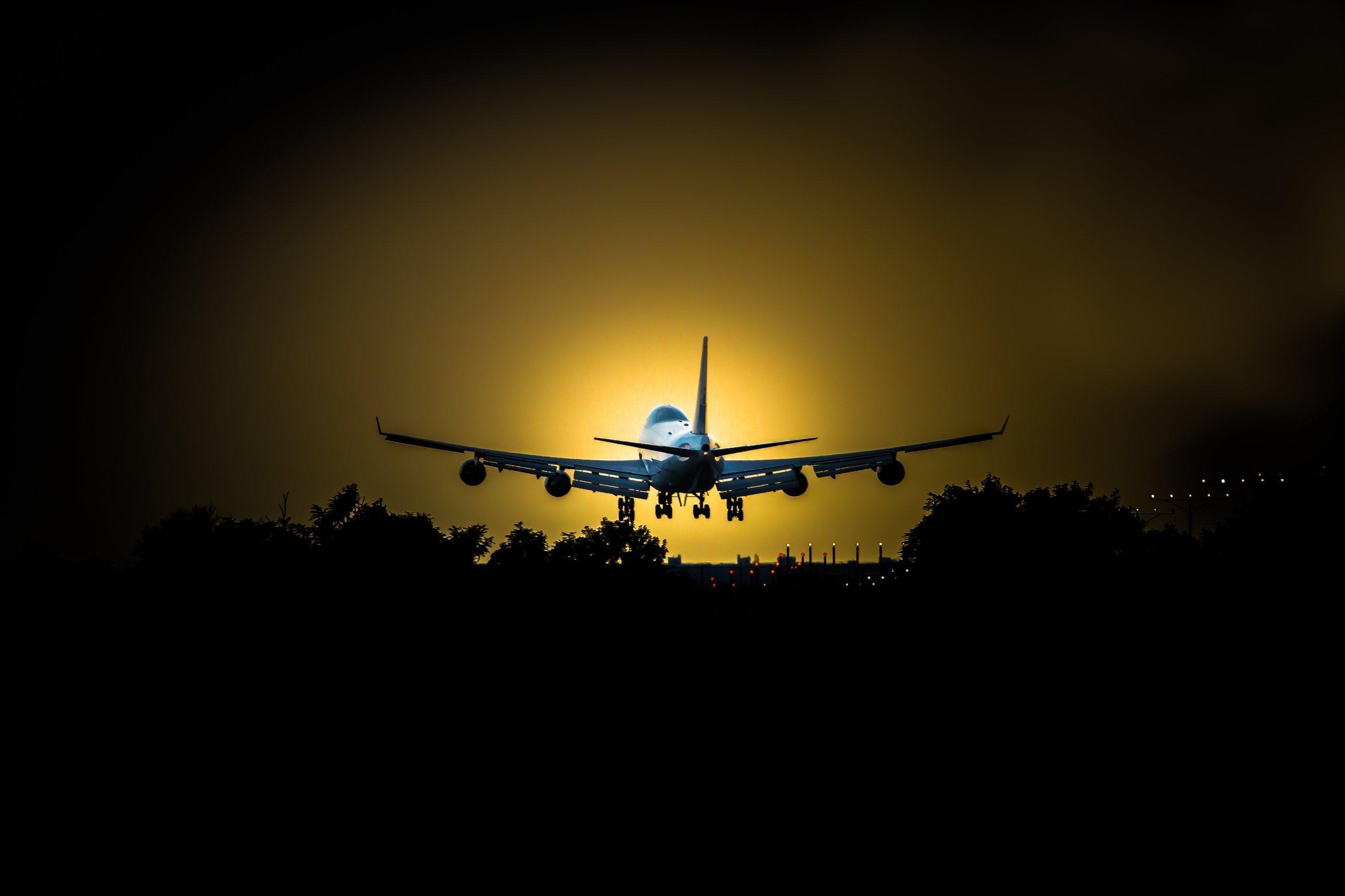 Flugzeug startet vor einem Sonnenuntergang