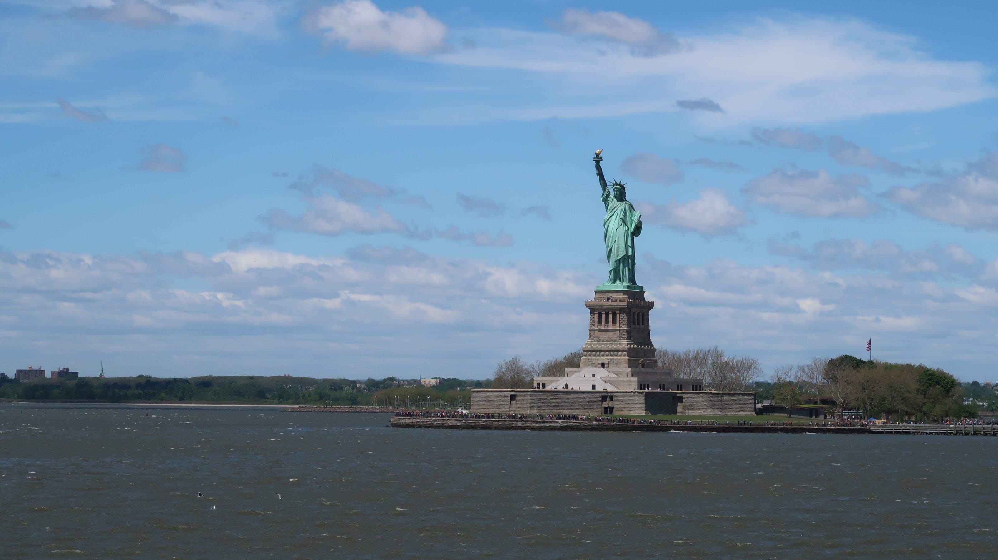 Die Freiheitsstatue vom Wasser aus fotografiert
