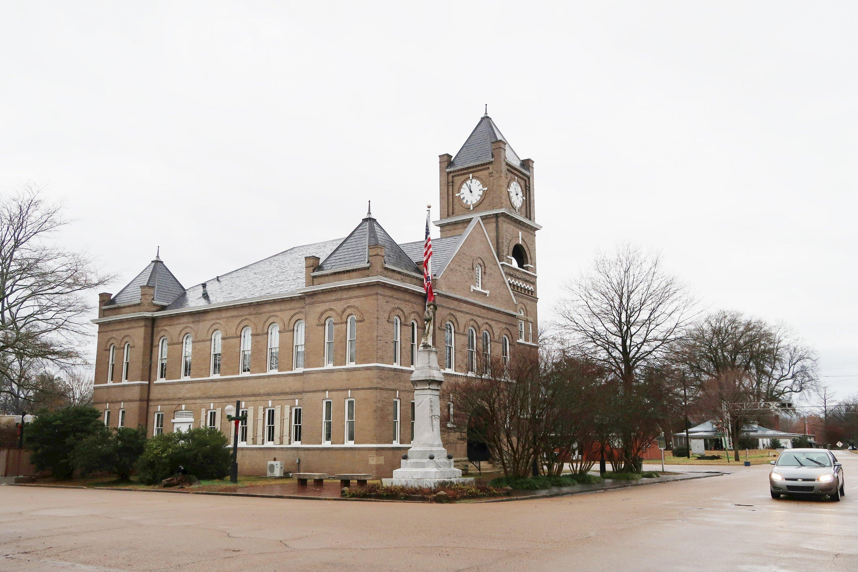 Ein Gerichtsgebäude mit Turmuhr.