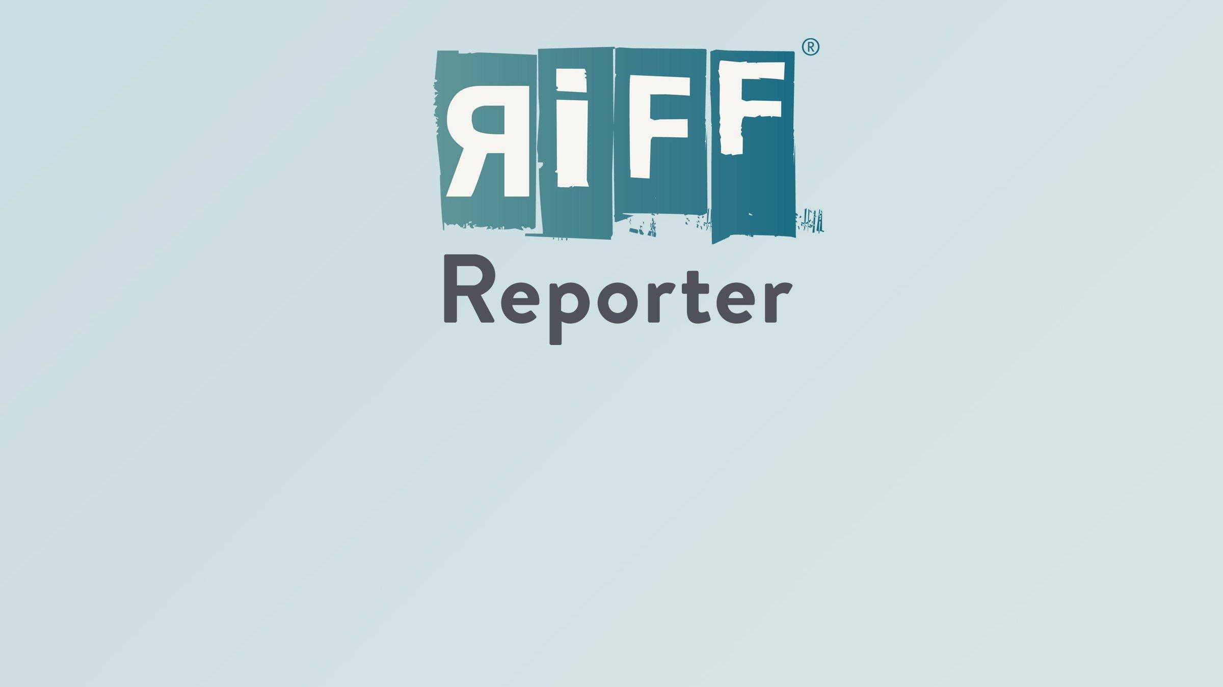 Ausschnitt aus einer größeren IPCC-Grafik. Das rosa Band zeigt die Berechnungen von Klimamodellen, wie sich die Temperaturen auf der Welt entwickeln sollten. Sie entspricht den Messungen, die die schwarze Linie zeigt. Das blaue Band hingegen steht für Berechnungen, bei denen im Computer der Einfluss der zusätzlichen Treibhausgase ausgeschaltet wurde. Das rosa und blaue Band trennen sich etwa in der Mitte. Ab hier streben rosa Band und schwarze Linie gemeinsam nach oben, während das blaue Band weiter unten bleibt.