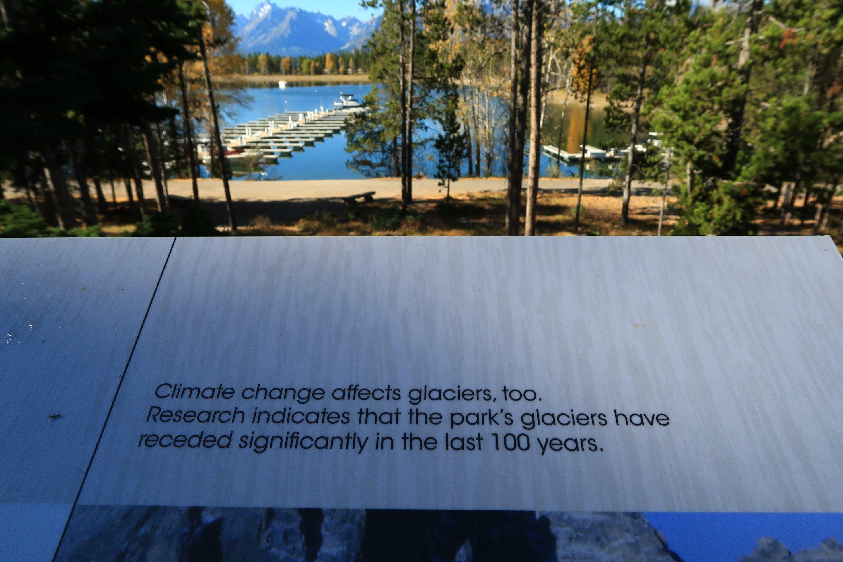 Ein Schild im Grand-Teton-Nationalpark klärt über den Klimawandel auf: Die Gletscher schmelzen.