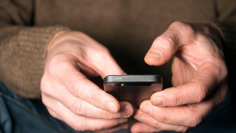 zwei Hände, die ein Smartphone halten