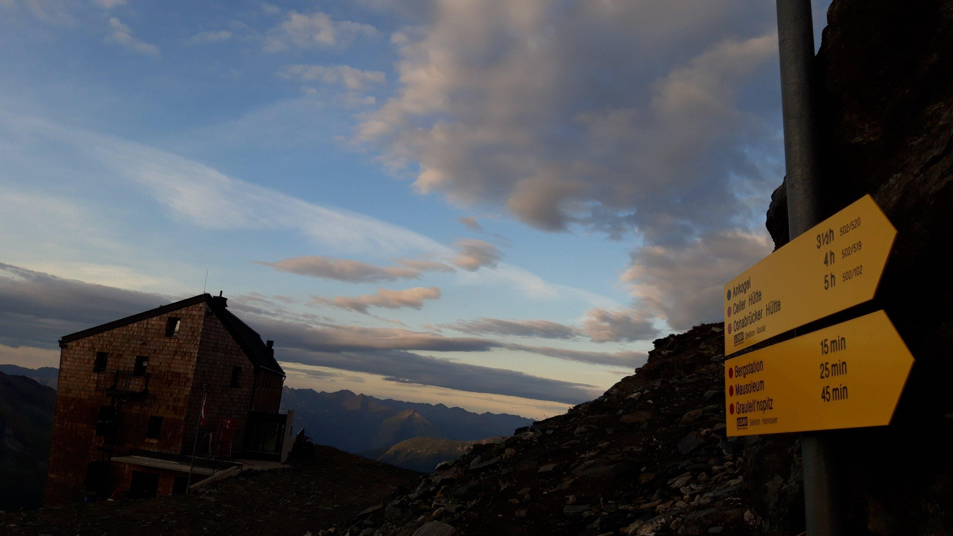 Alpenvereinshütte mit Wegweisern