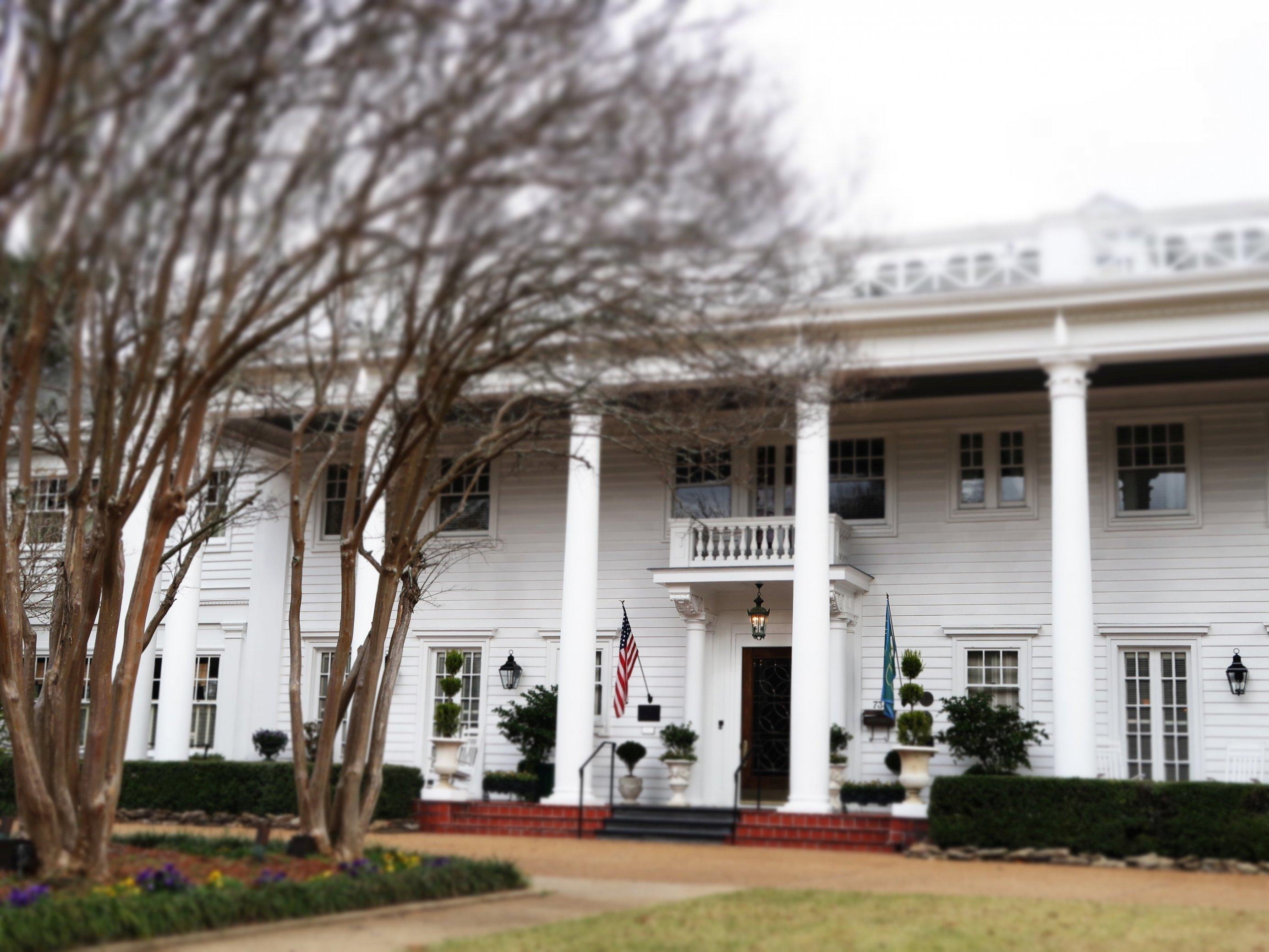 Ein weißes Herrenhaus im Südstaaten-Stil.