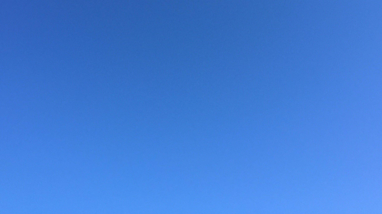 Blauer Himmel, in dem keine Schwalben zu sehen sind,