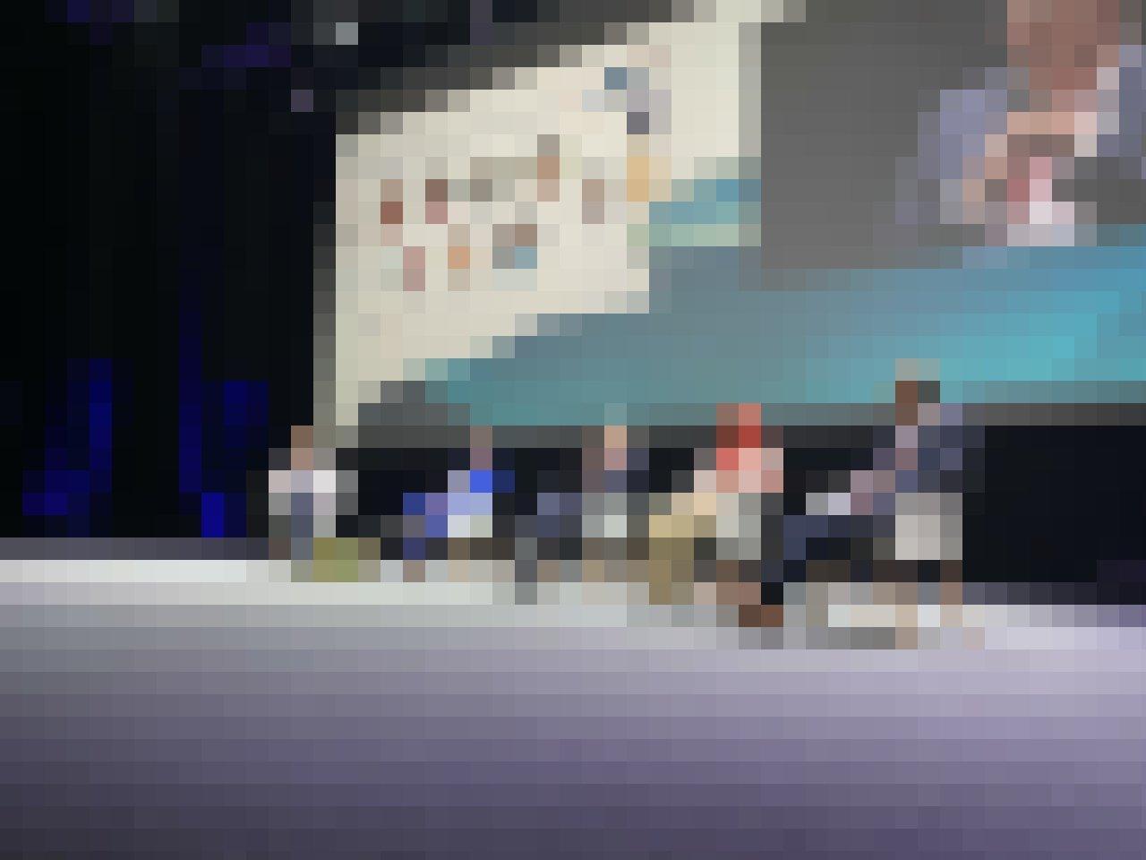 """Die Teilnehmer*innen der Diskussion """"The Way Forward"""" sitzen nebeneinander auf dem Podium. Der deutsche Staatssekretär Jochen Flasbarth spricht."""
