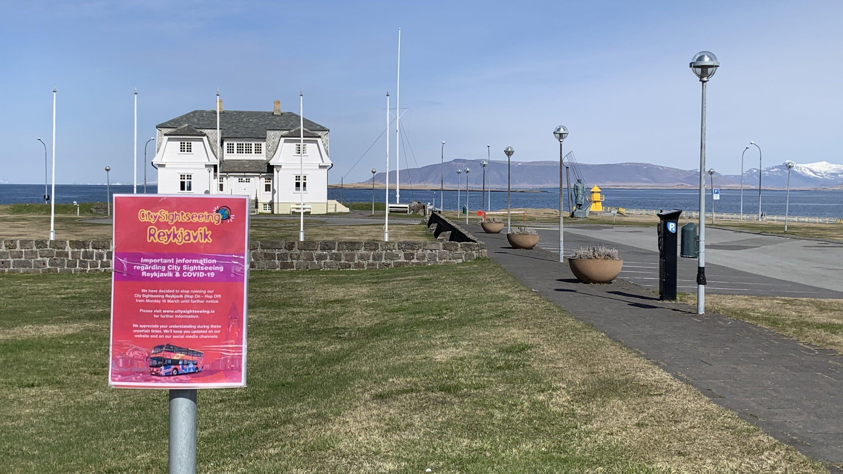 Touristenattraktion in Reykjavik ohne Touristen mit Informationsschild über Covid-19
