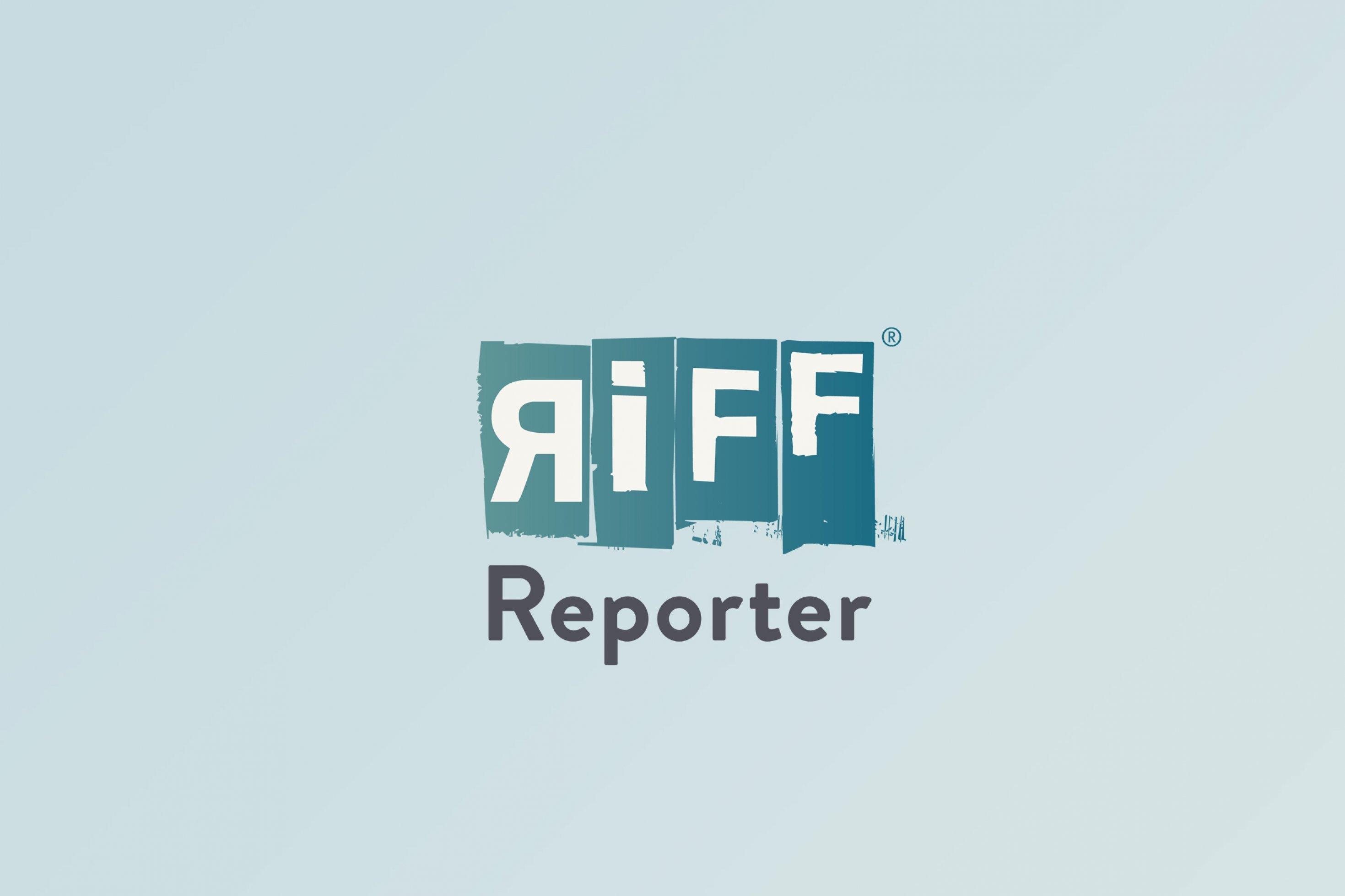 Impfaktion in Rostock: Helfer hängen ein Plakat für Corona-Impfung auf.