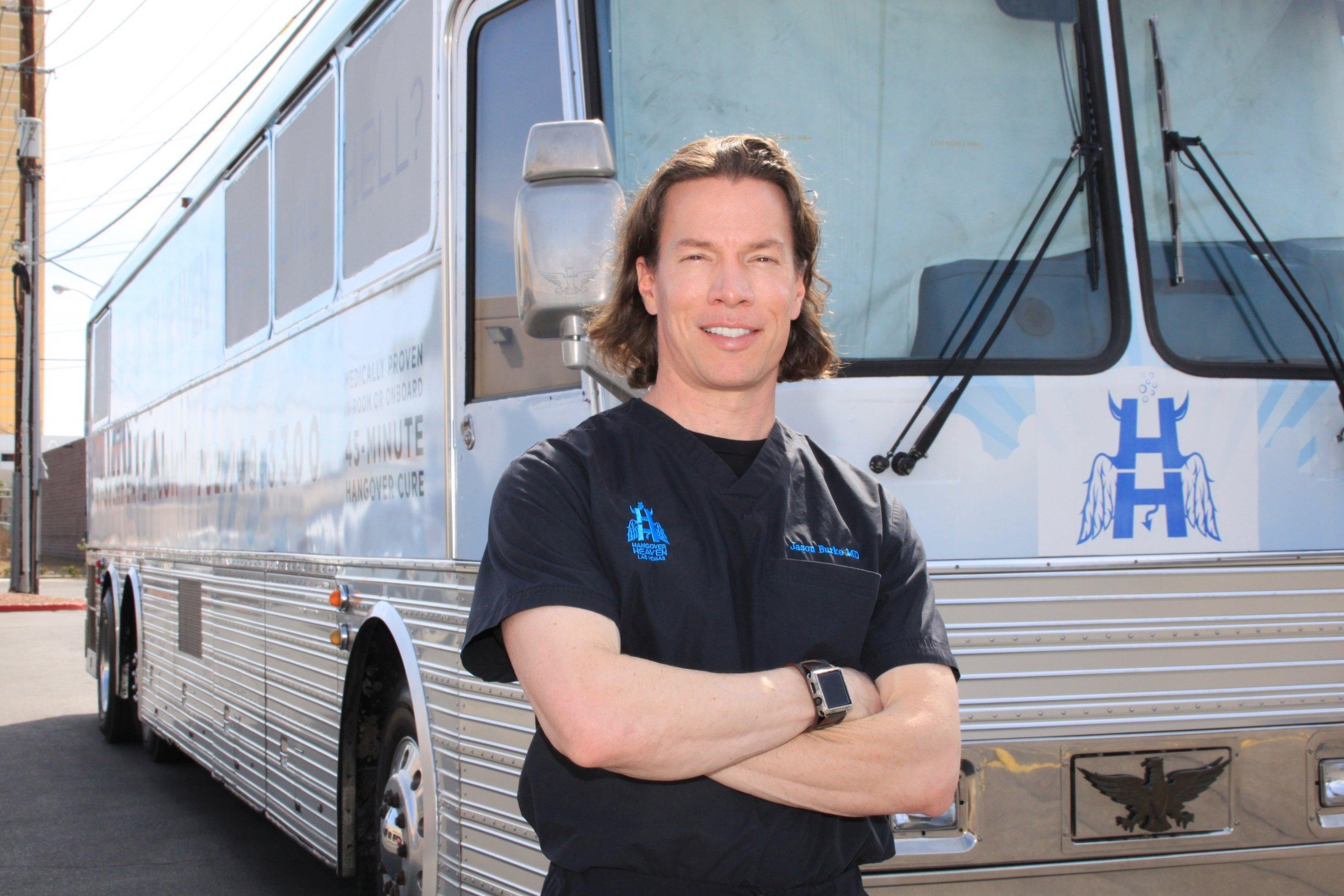 Ein Mann steht vor einem Bus
