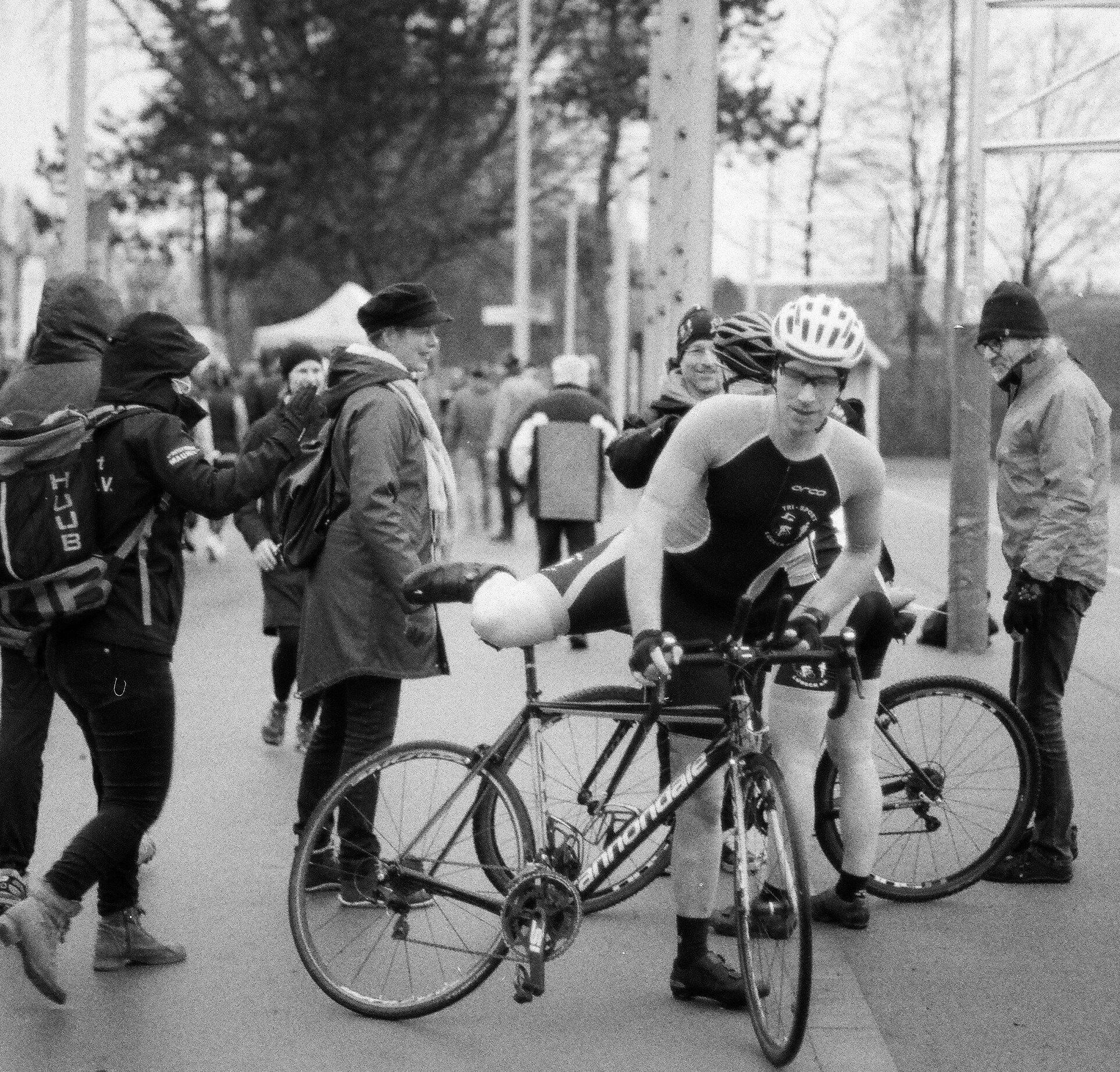 Rennradfahrer in Sommerdress steigt aufs Rad.