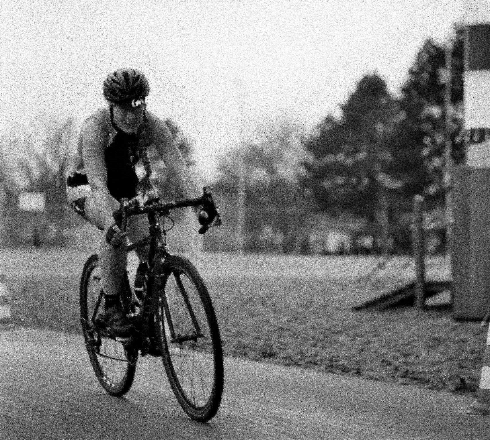 Rennradfahrerin in voller Fahrt.