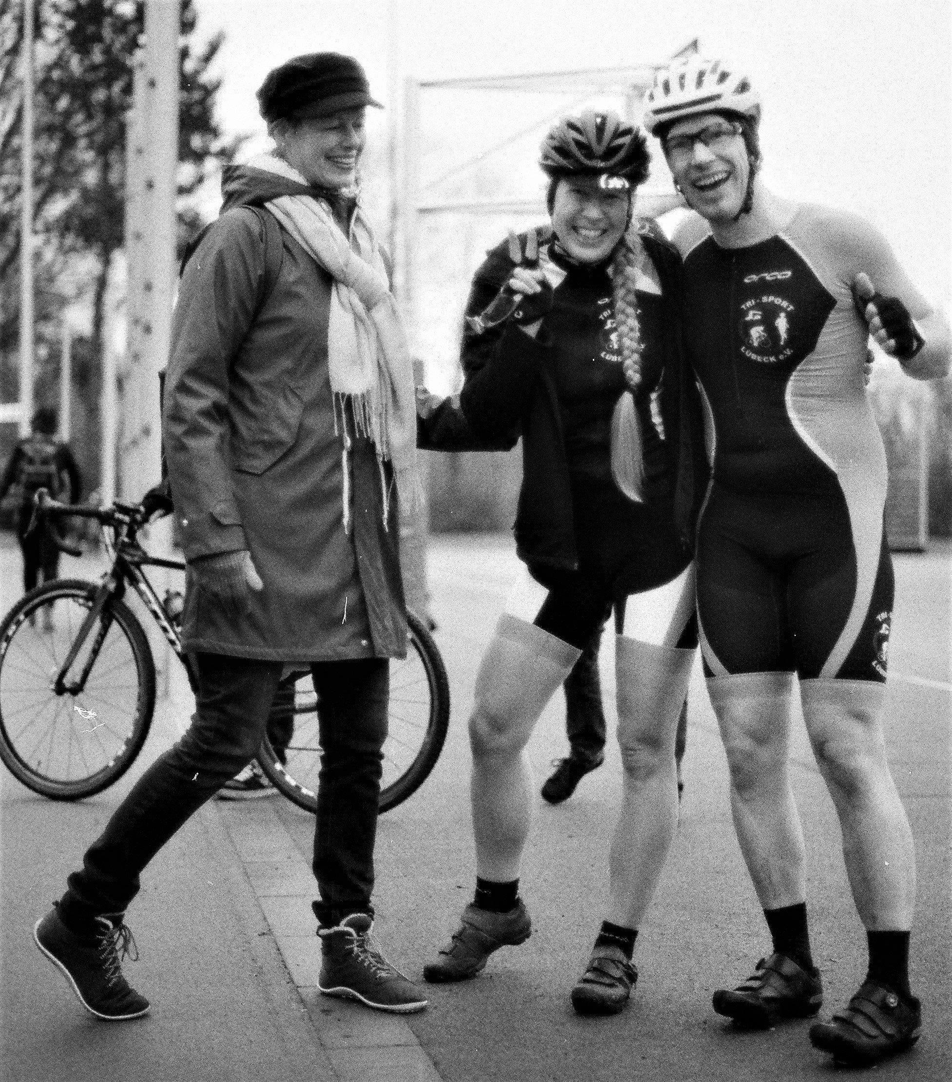 Mann und Frau in Siegerpose mit ihren Rennrädern.