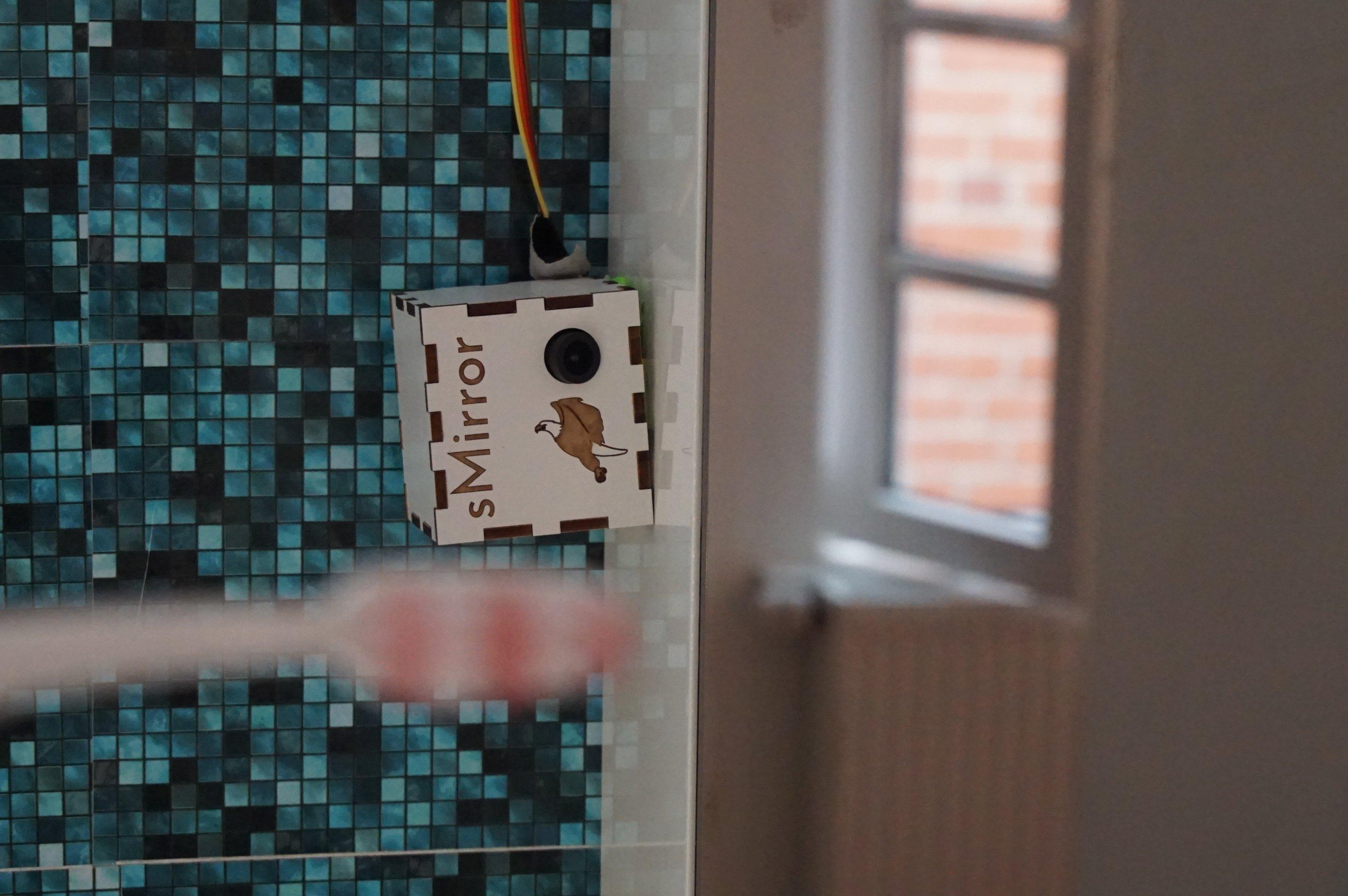 Eine kleine Kamera ist an einem Schrank befestigt.