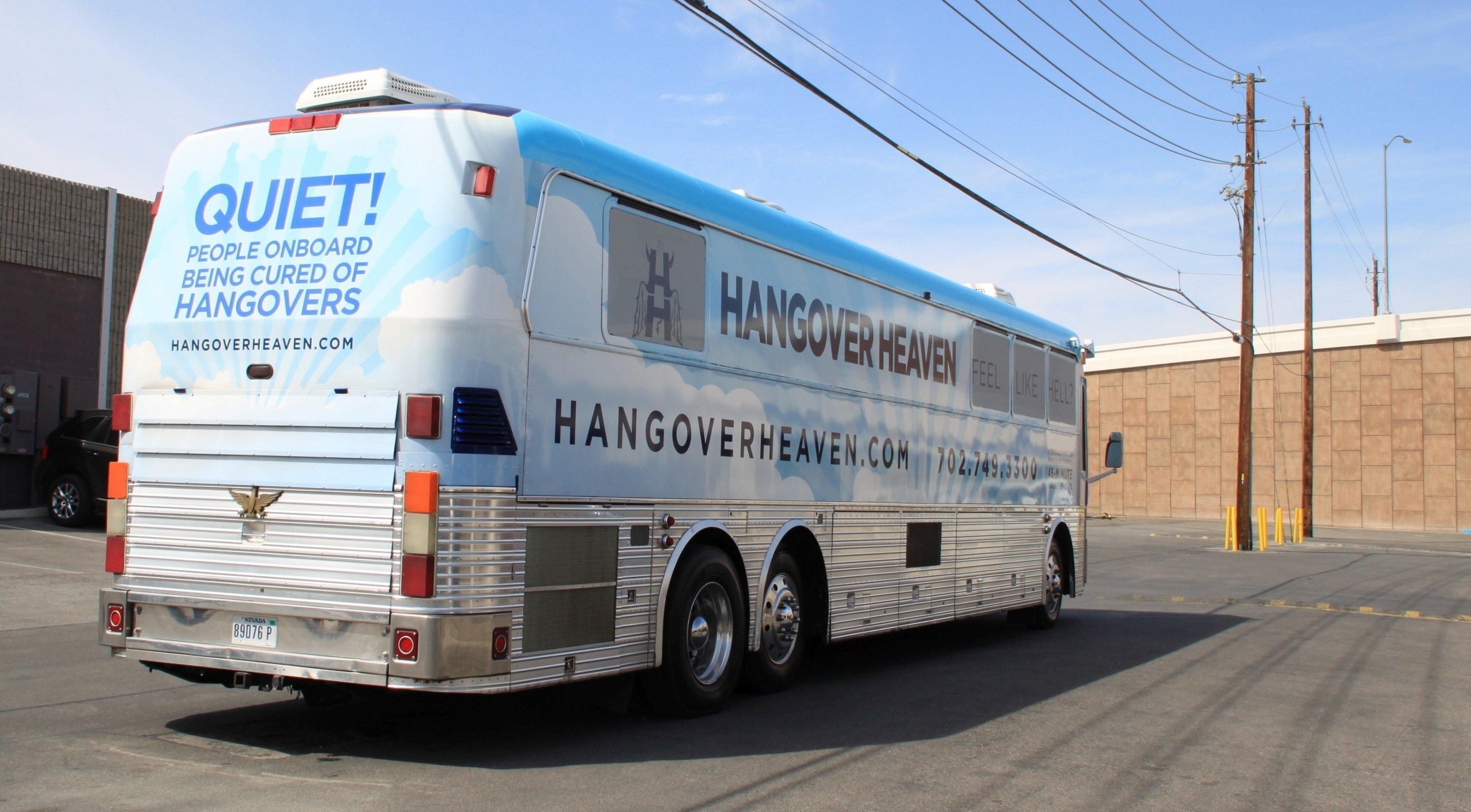 Ein Reisebus von hinten.